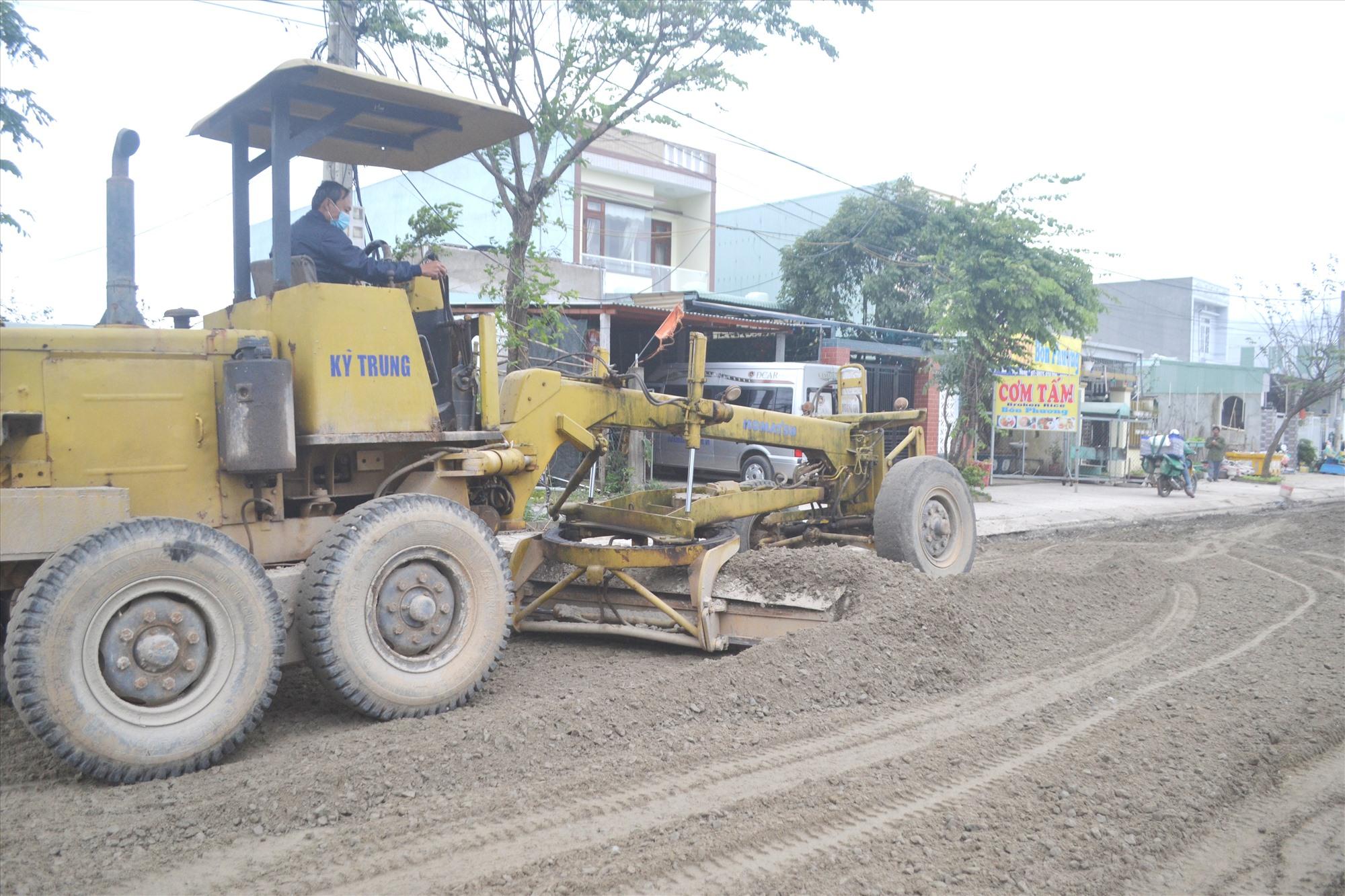 Nền đường cấp phối đá dăm phải xóc lên, san gạt và lu lèn lại sau khi bị xe tải chạy qua làm hư hỏng. Ảnh: CT