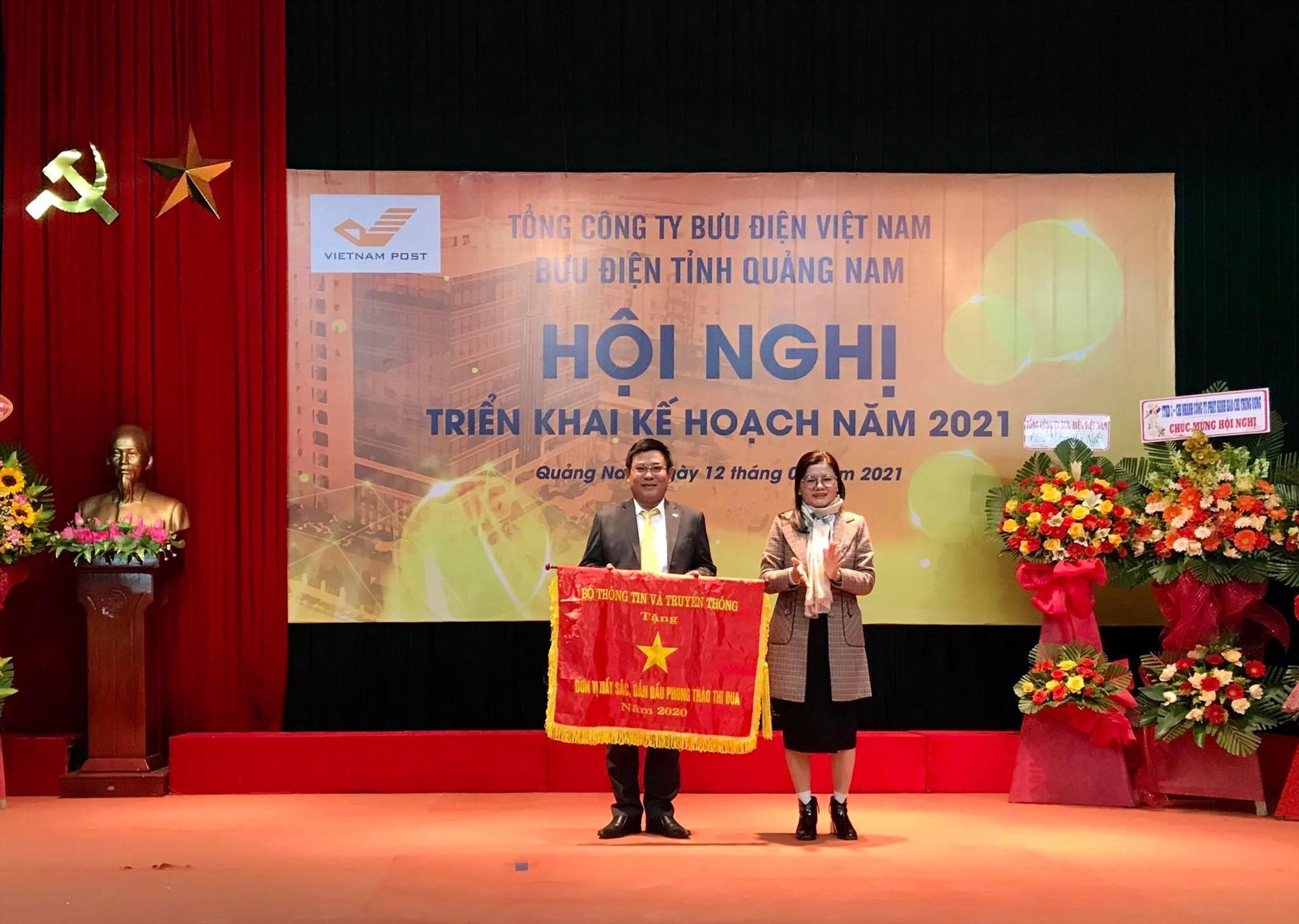 Bà Phạm Thị Ngọc Quyên-Phó GĐ Sở TT-TT thay mặt Bộ TT-TT tặng cờ thi đua năm 2020 cho Bưu điện điện huyện Duy Xuyên