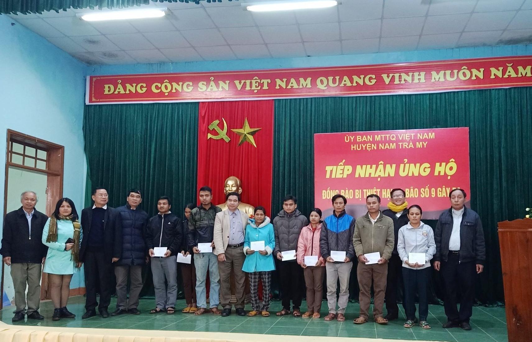 Hội Văn học - nghệ thuật Quảng Nam trao tiền hỗ trợ người dân Nam Trà My. Ảnh: HỒNG DƯƠNG