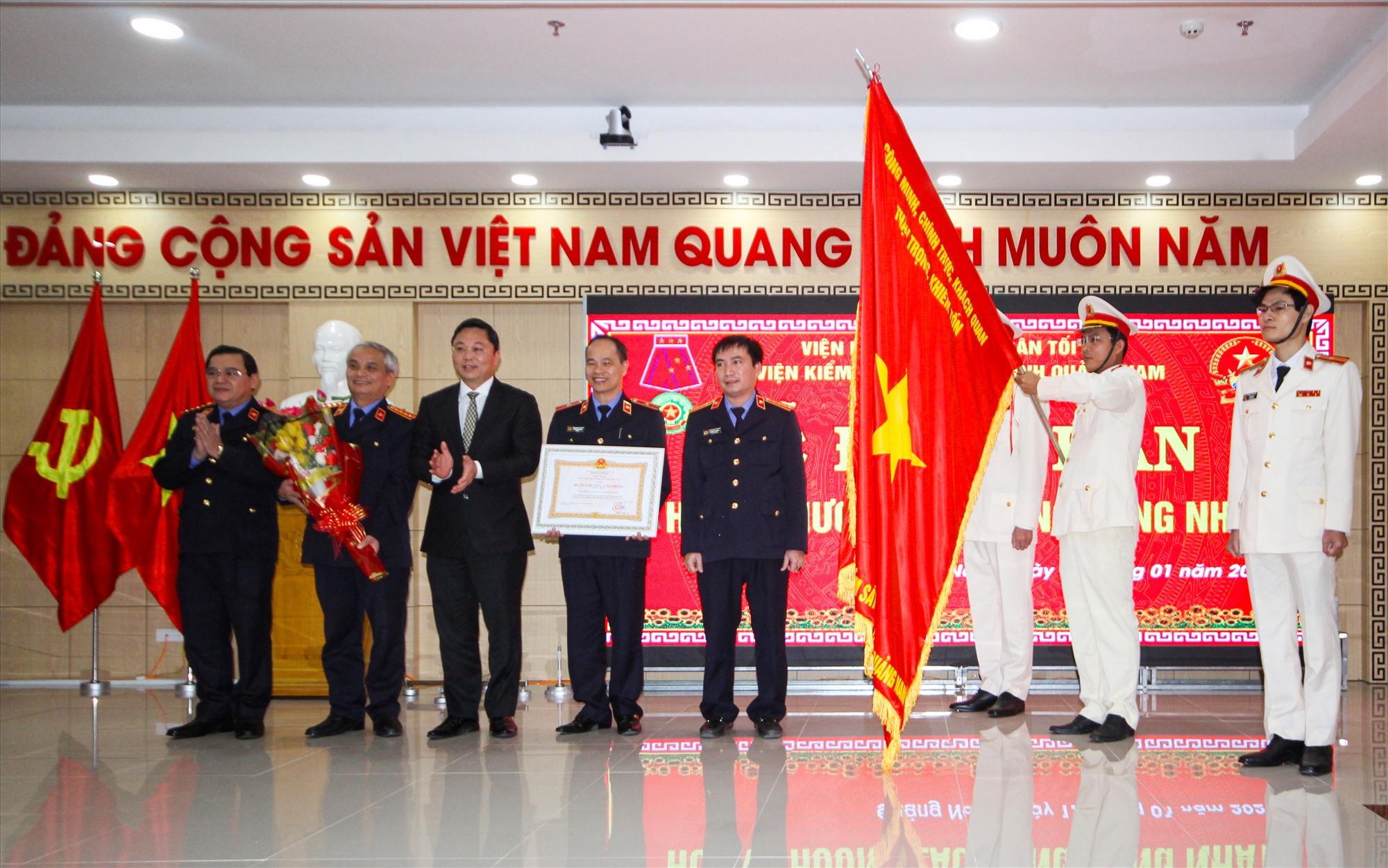 Viện kiểm sát nhân dân tỉnh đón nhận Huân chương Lao động hạng Nhất. Ảnh: T.C