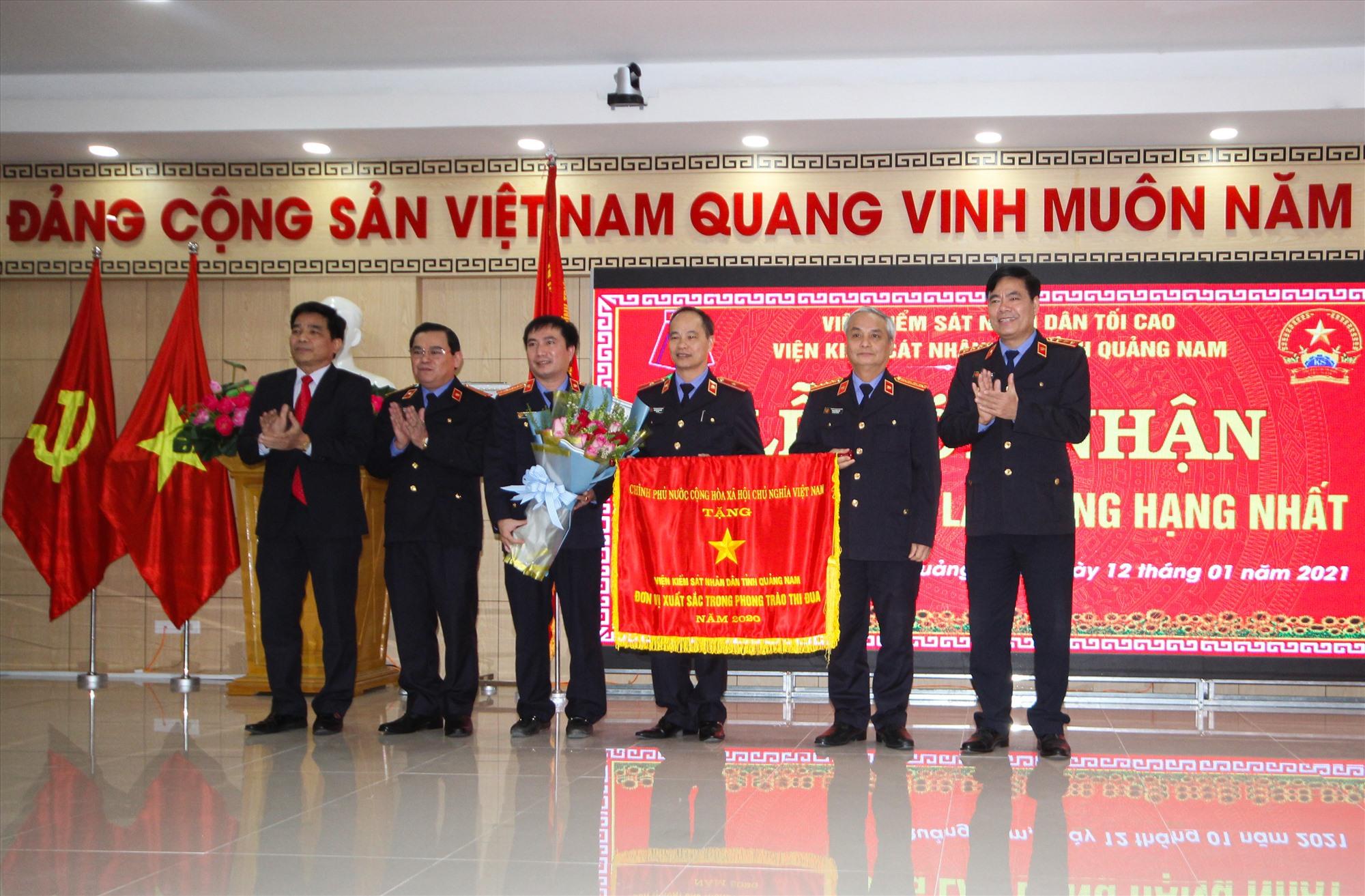 Phó Bí thư Tỉnh ủy Lê Văn Dũng trao Cờ thi đua của Chính phủ cho Viện kiểm sát nhân dân tỉnh. Ảnh: T.C