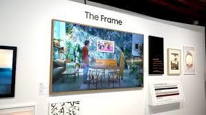 Samsung trở lại với The Frame TV TV của Samsung dành cho những người mua sắm có ý thức về thiết kế, The Frame, đã trở lại và chỉ 24,9mm, mỏng hơn bao giờ hết - về độ sâu của một khung hình thông thường. Ngoài ra còn có các kích thước mới, từ 32 đến 75 inch. TV 32 inch và 43 inch cũng có thể được định hướng ở chế độ dọc.