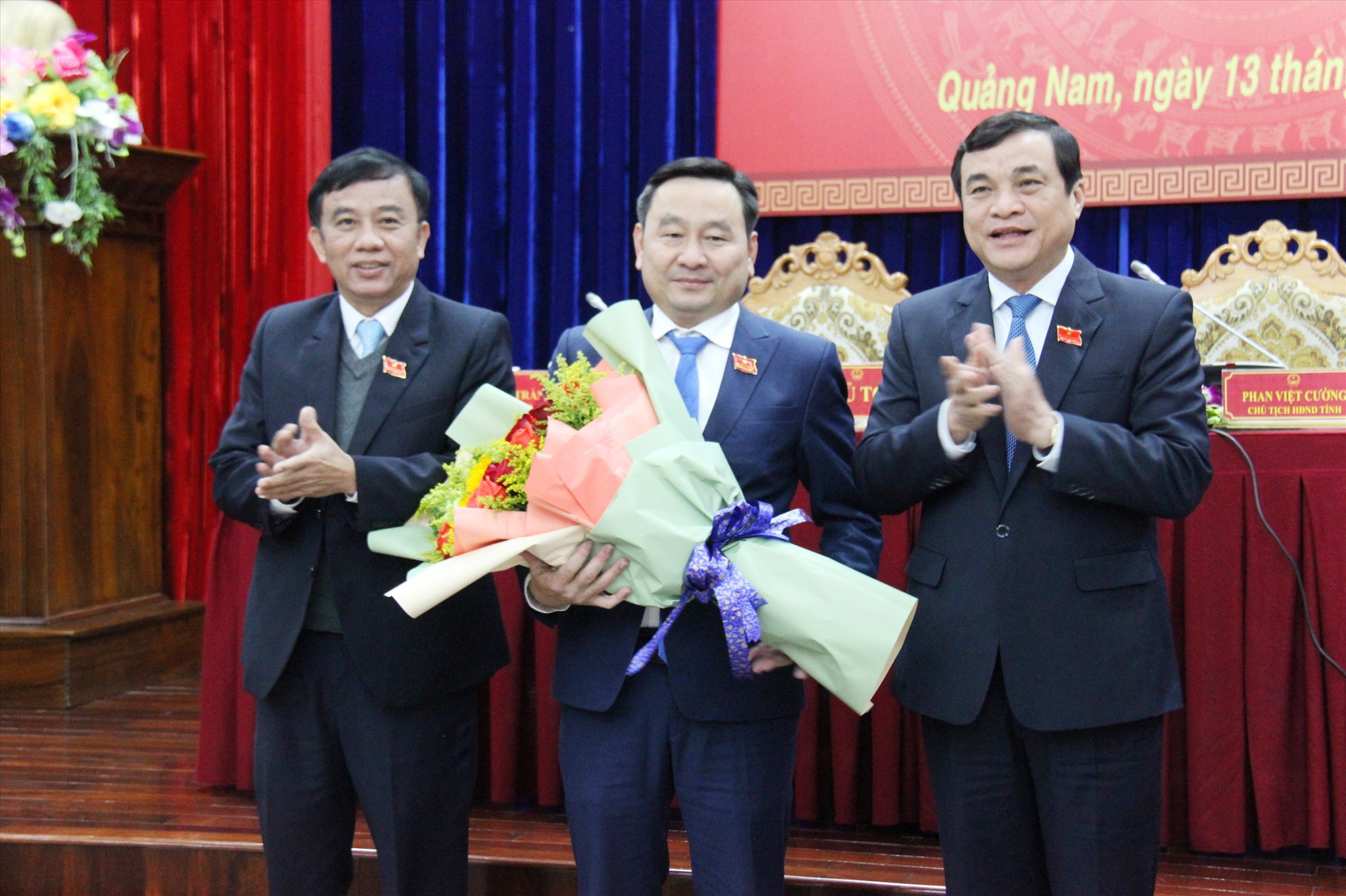 Các đồng chí lãnh đạo tỉnh tặng hoa chúc mừng ông Nguyễn Công Thanh được bầu vào chức danh Phó Chủ tịch HĐND tỉnh (khóa IX). Ảnh: N.Đ