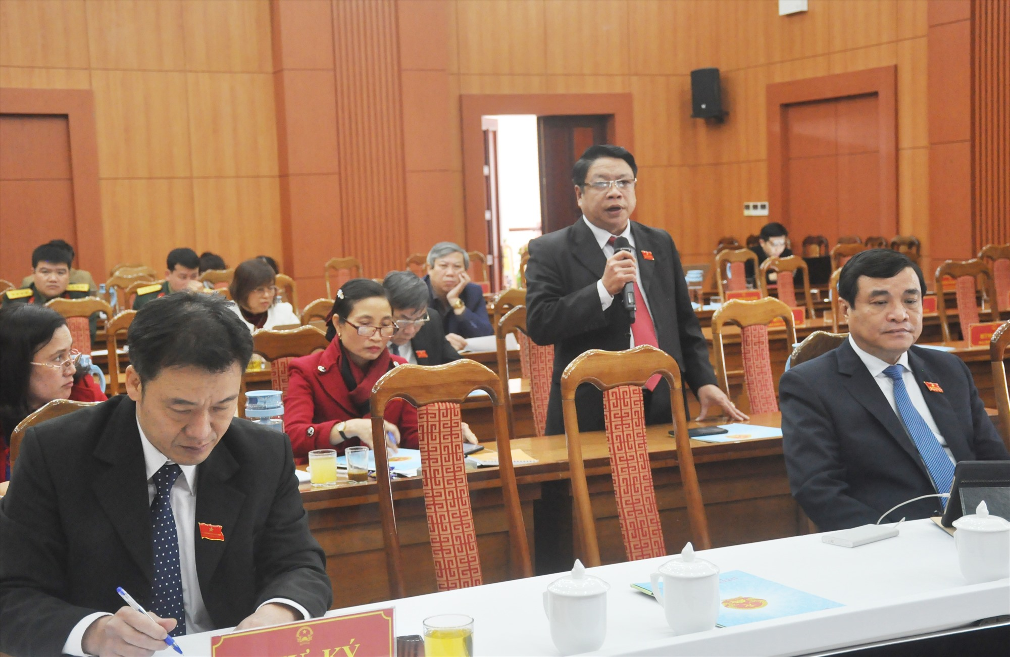 Các đại biểu tham gia thảo luận tại tổ theo các nội dung được chủ tọa Kỳ họp thứ 21 gợi ý. Anh: N.Đ