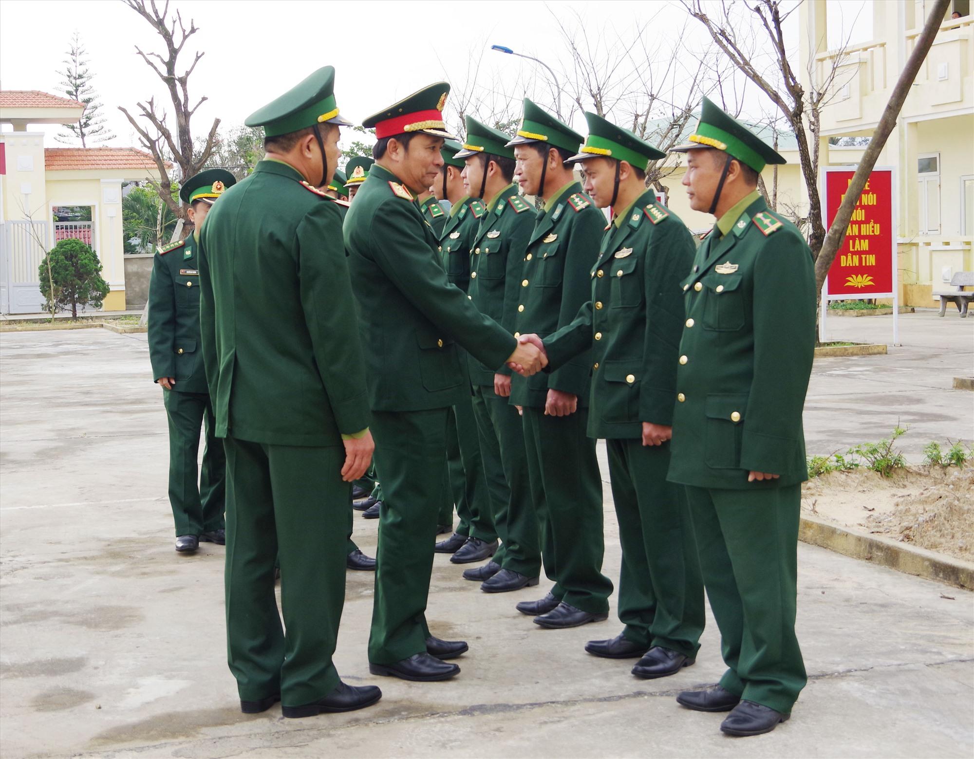 Trung tướng Phùng Sĩ Tấn, Phó Tổng Tham mưu trưởng  thăm, làm việc Đồn Biên phòng Tam Thanh. Ảnh: HỒNG ANH
