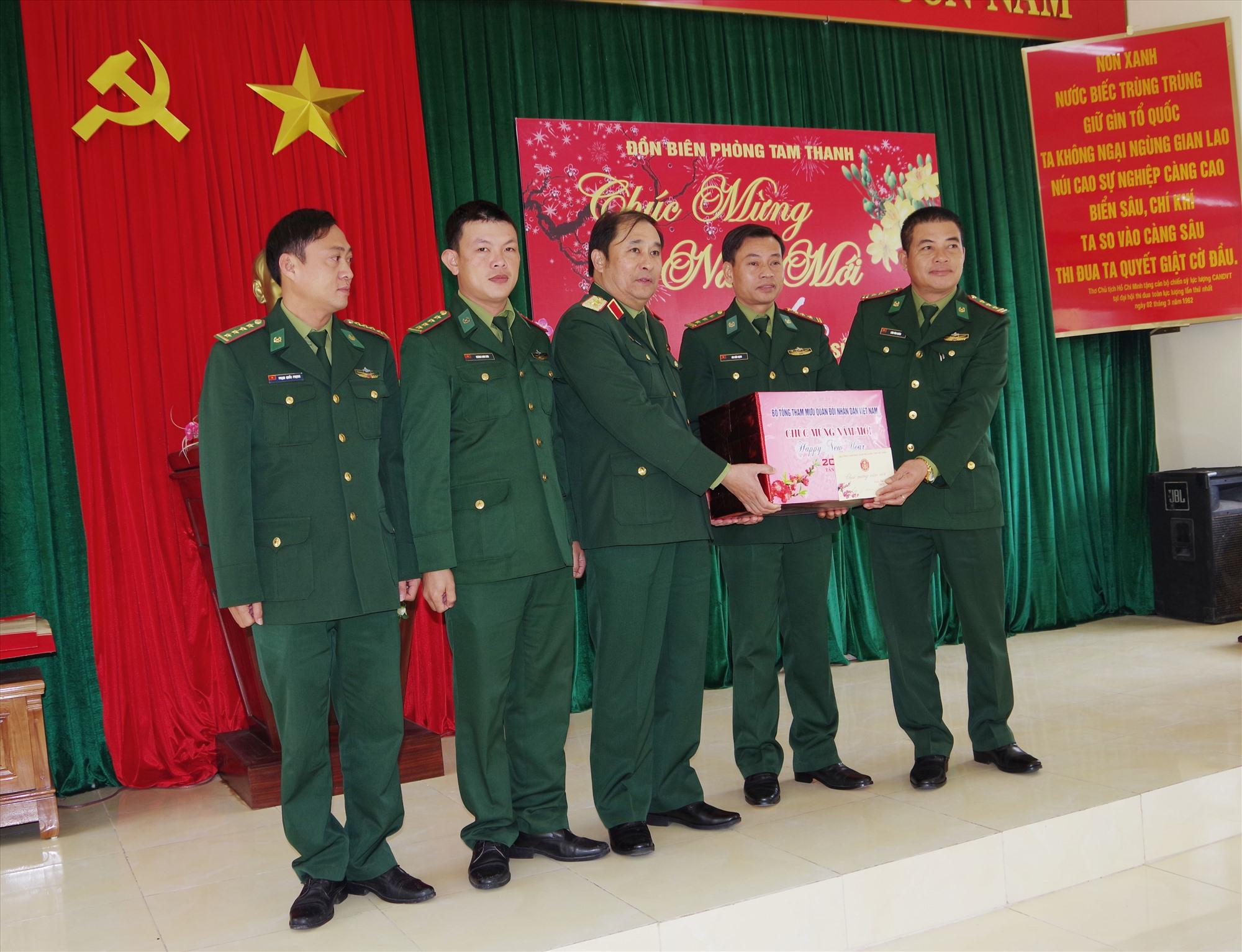Phó Tổng Tham mưu trưởng QĐND Việt Nam tặng quà tết cán bộ, chiến sĩ Đồn Biên phòng Tam Thanh. Ảnh: HỒNG ANH