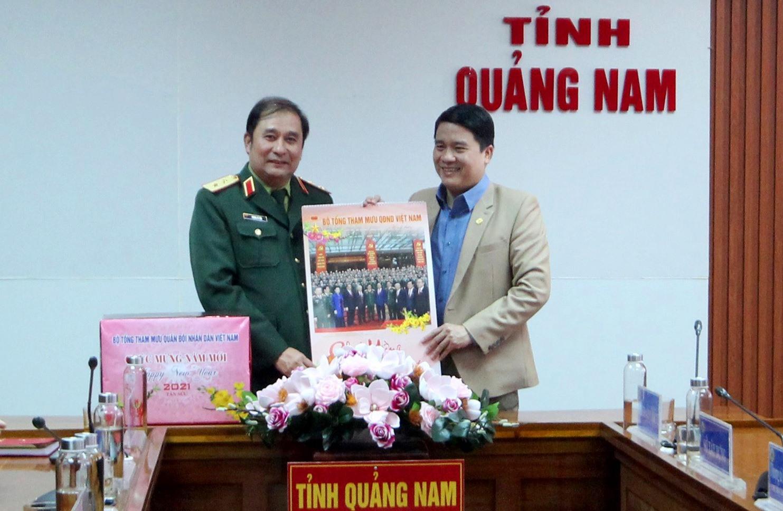 Đoàn công tác tặng quà lưu niệm cho UBND tỉnh. Ảnh: T.C