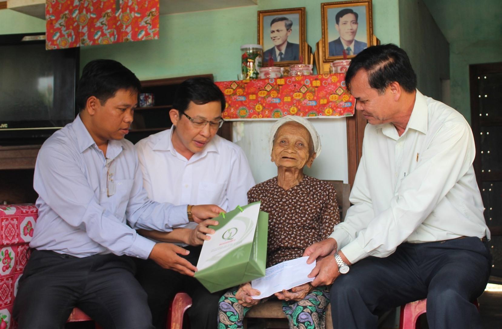 Hằng năm, cứ mỗi dịp lễ, tết, lãnh đạo huyện Tây Giang luôn đến thăm và tặng quà cho các Mẹ