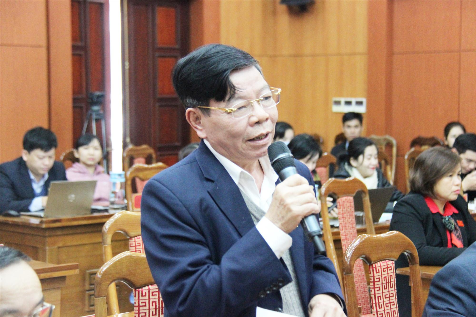 Đại biểu Nguyễn Văn Tỉnh - Bí thư Huyện ủy Hiệp Đức phát biểu thảo luận tại hội trường. Ảnh: N.Đ