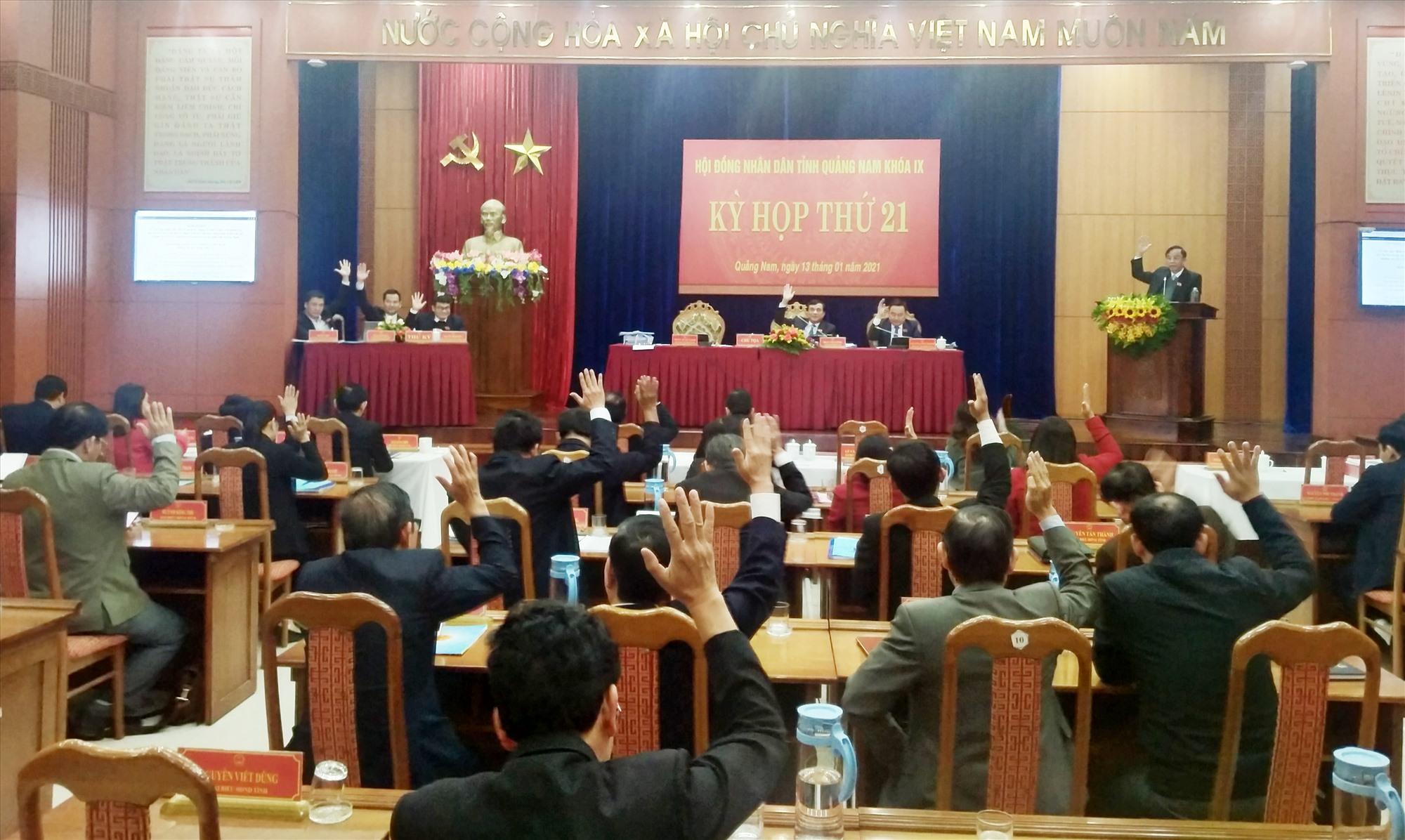 Đại biểu HĐND tỉnh biểu quyết thông qua các nghị quyết tại Kỳ họp thứ 21. Ảnh: N.Đ