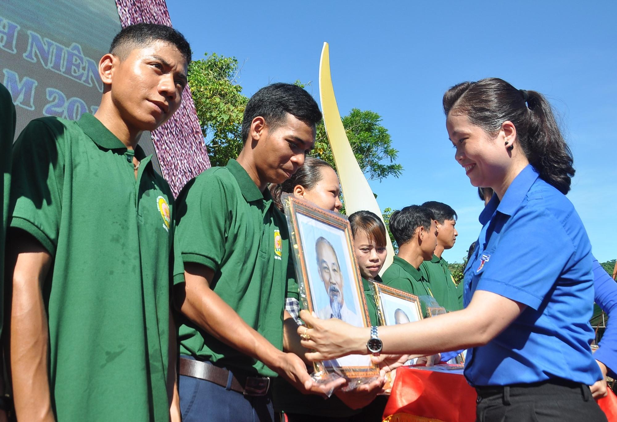 Bí thư Tỉnh đoàn Phạm Thị Thanh tặng ảnh Bác Hồ cho các hộ Làng TNLN Thạnh Mỹ. Ảnh: VINH ANH