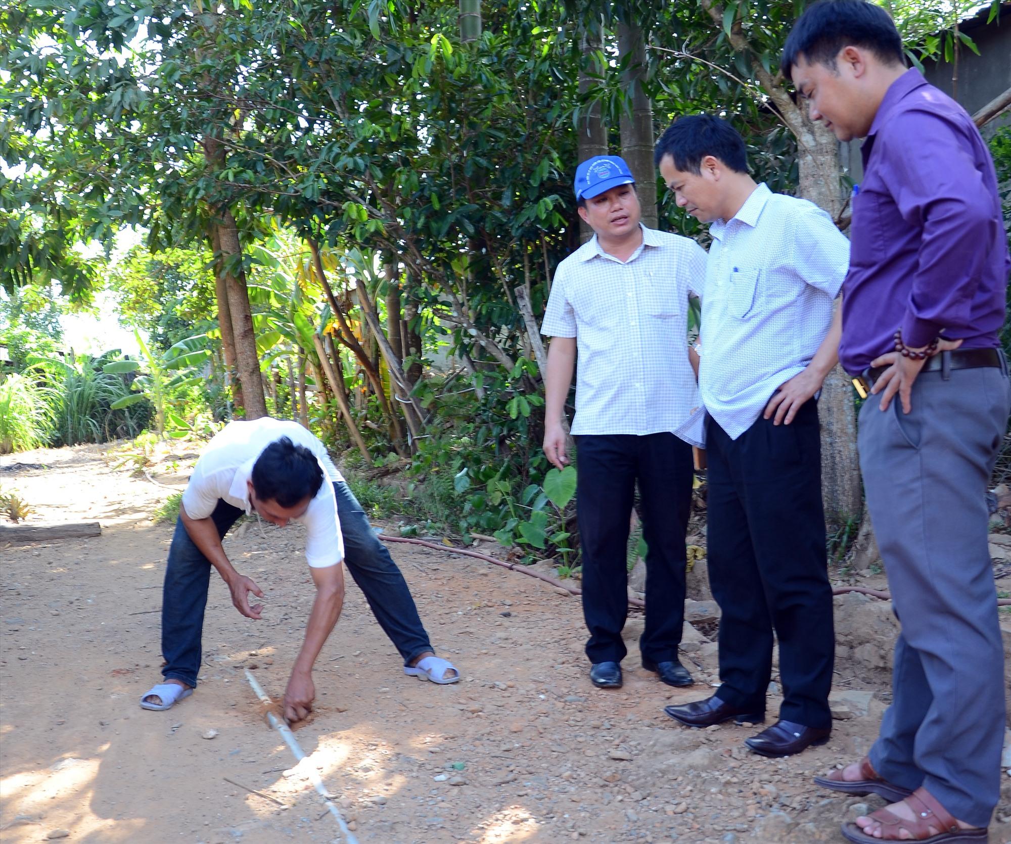 Nước sạch ở miền núi trở thành chuyện bức xúc dai dẳng. TRONG ẢNH: Đường ống dẫn nước bị hư hỏng tại làng tái định cư thuộc xã Phước Hòa (Phước Sơn). Ảnh: H.P