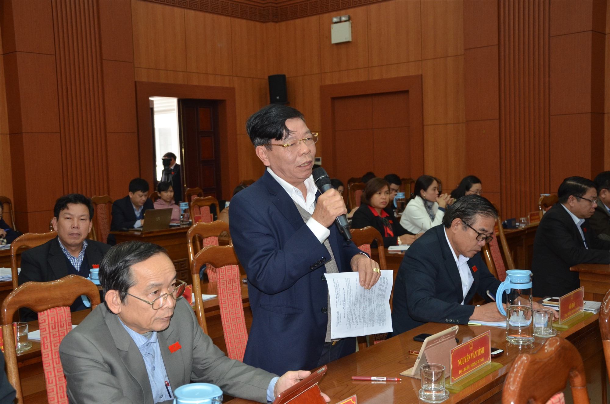 Ông Nguyễn Văn Tỉnh - Bí thư Huyện ủy Hiệp Đức phát biểu tại phiên thỏa luận chung tại hội trường. Ảnh: H.P