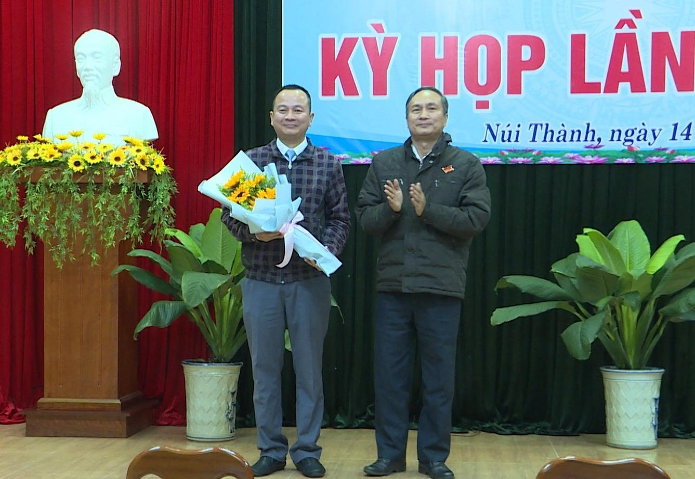 ông Nguyễn Tri Ấn – TUV – Bí thư Huyện ủy – Chủ tịch HĐND huyện Núi Thành tặng hoa chúc mừng ông Nguyễn Chí Dân