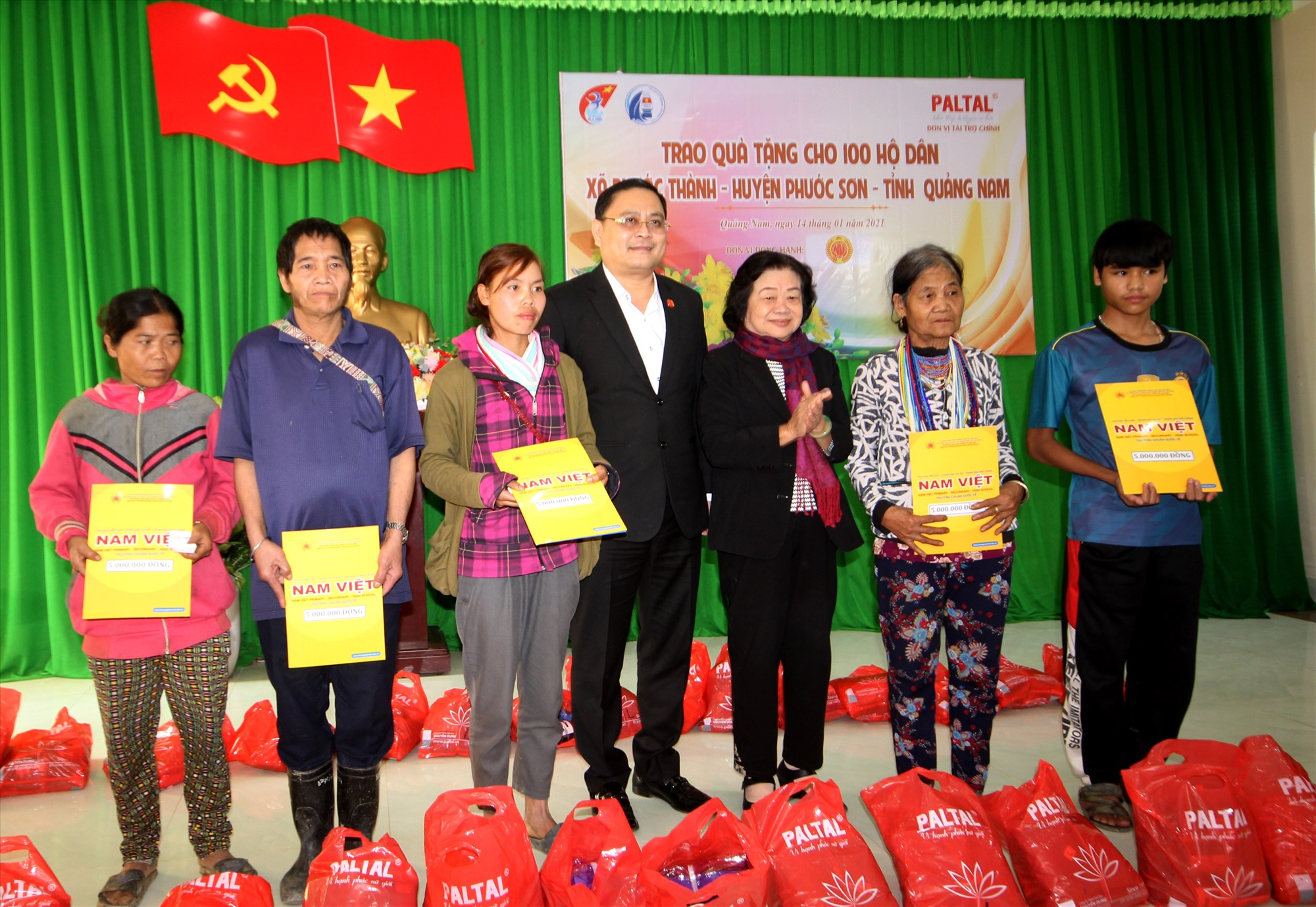Bà Trương Mỹ Hoa cùng đại diện tập đoàn Nam Việt trao quà cho người dân vùng sạt lở. Ảnh: T.C
