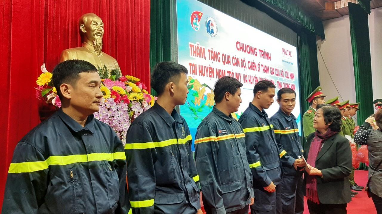 Bà Trương Mỹ Hoa tặng quà cho các cán bộ chiến sĩ tham gia cứu hộ cứu nạn trong đợt mưa lũ vừa qua. Ảnh: T.C
