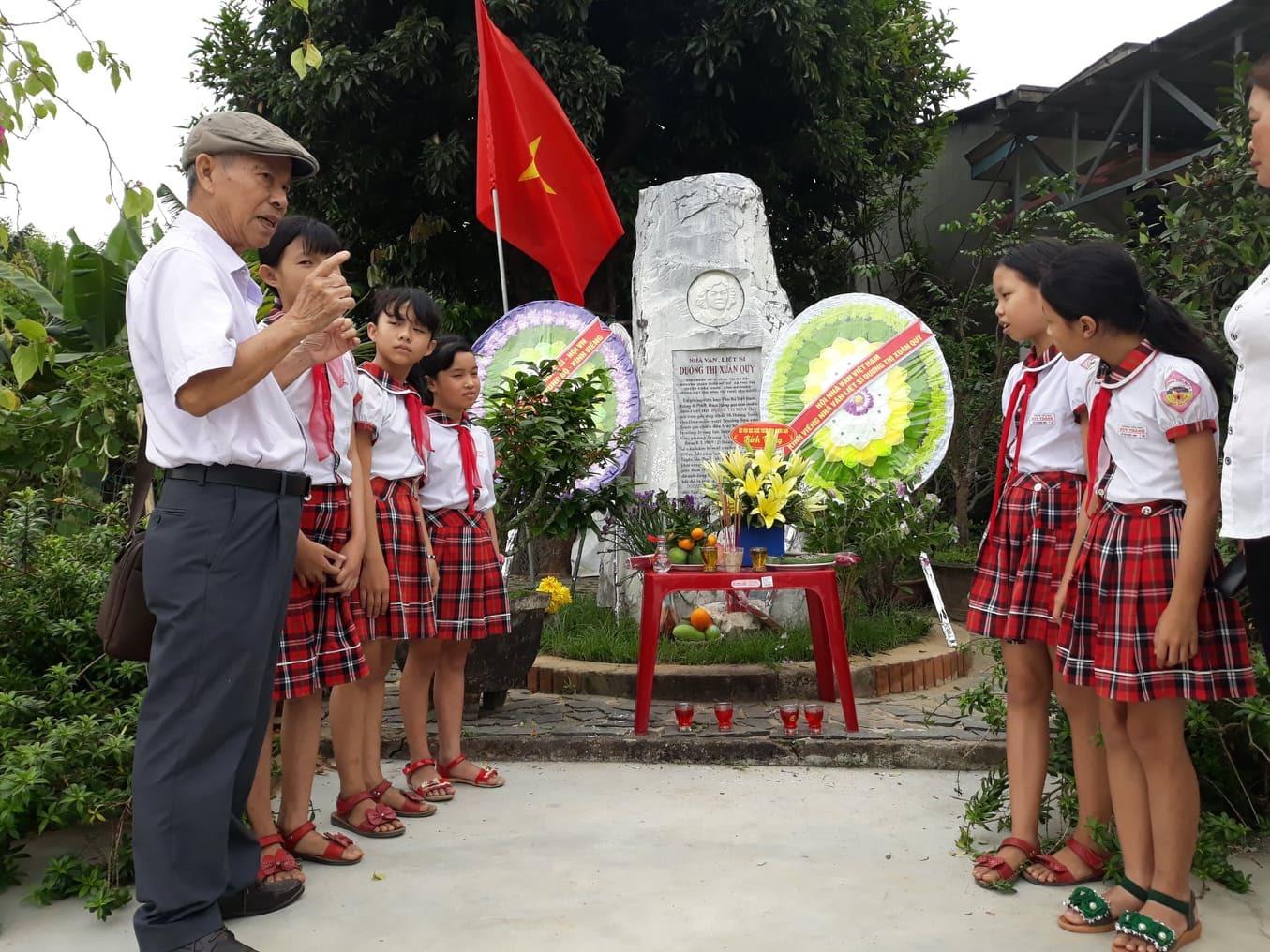 Nhà văn Hồ Duy Lệ kể chuyện về nhà văn Dương Thị Xuân Quý. Ảnh: Q.H