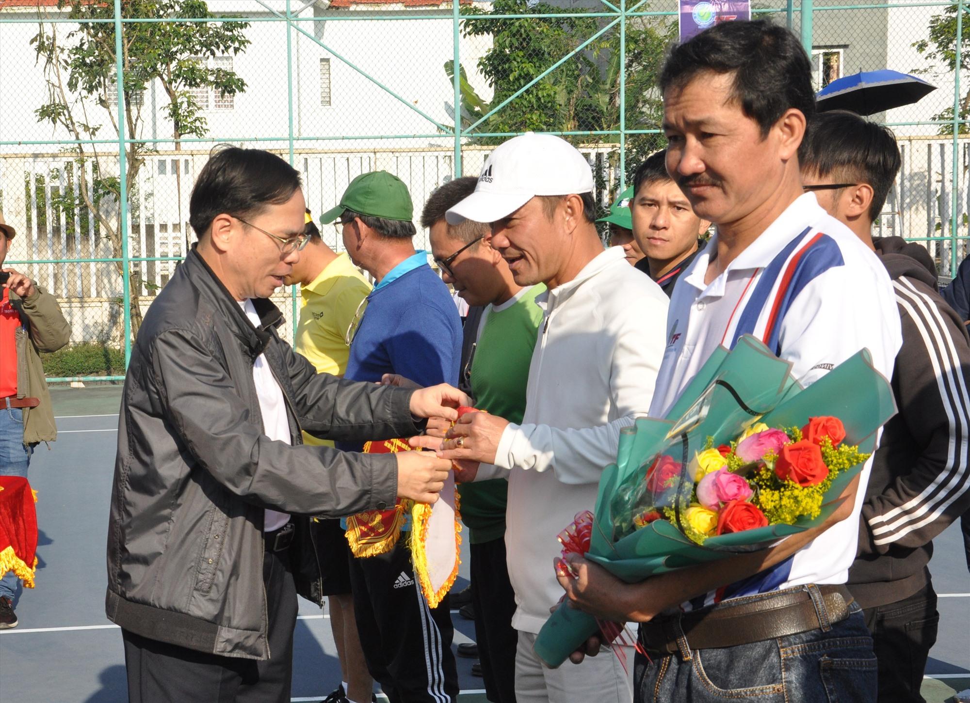 Tặng hoa động viên các tay vợt tại lễ khai mạc. Ảnh: T.V