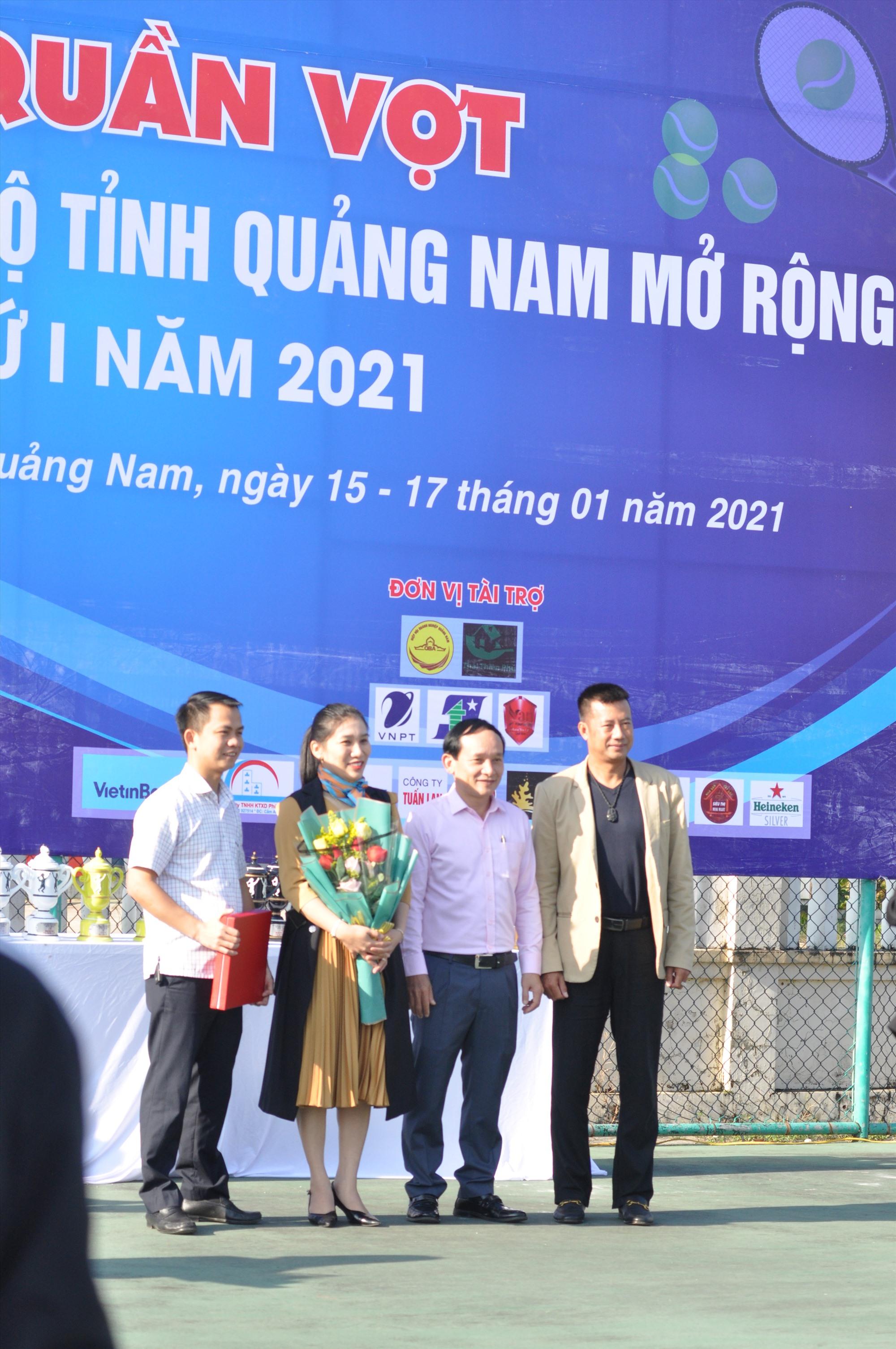 HLV Trương Quang Vũ chụp ảnh kỷ niệm cùng các đại biểu và tay vợt dự giải. Ảnh: T.V