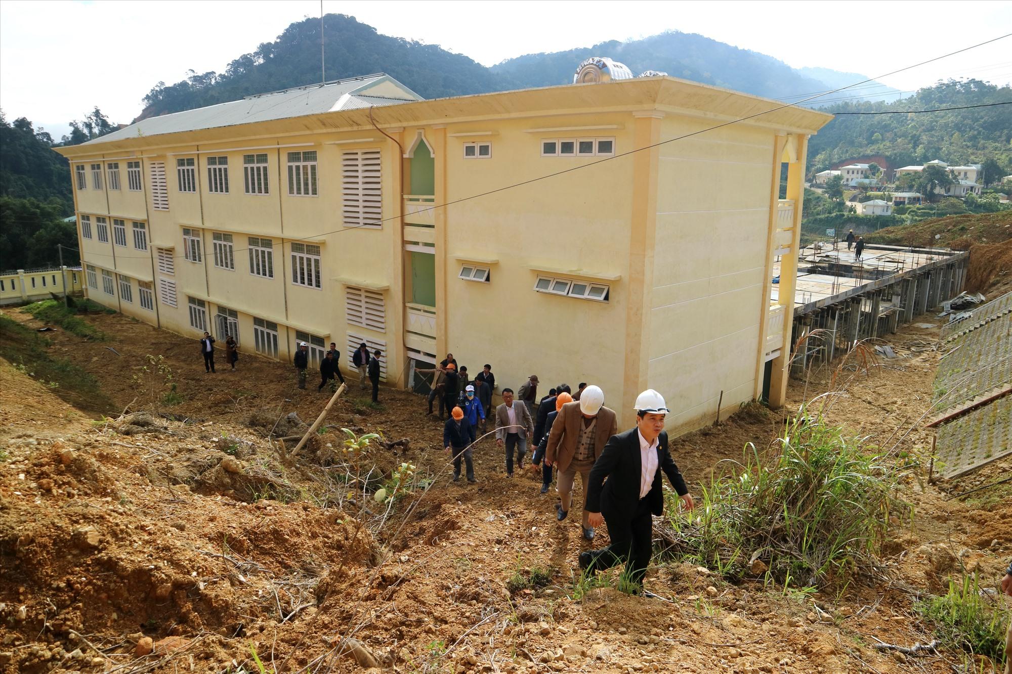 Phó Chủ tịch UBND tỉnh Trần Văn Tân khảo sạt vị trí sạt lở phía taluy dương của Trường THPT Võ Chí Công. Ảnh: A.N