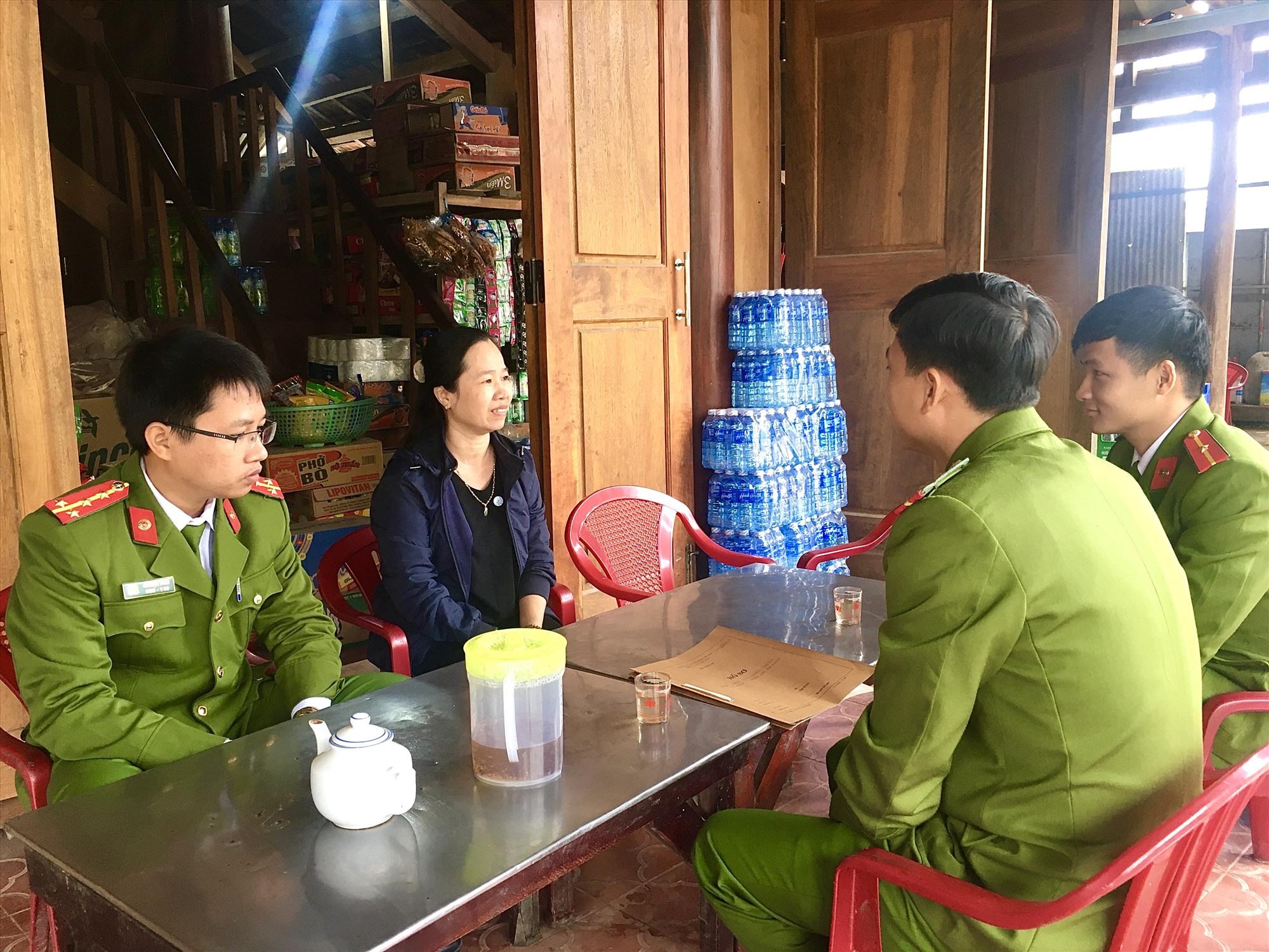 Công an xã Ninh Phước (huyện Nông Sơn) đến tận nhà tuyên truyền người dân phòng ngừa và tích cực đấu tranh phát hiện, tố giác tội phạm, tệ nạn xã hội. Ảnh: LÊ THÔNG