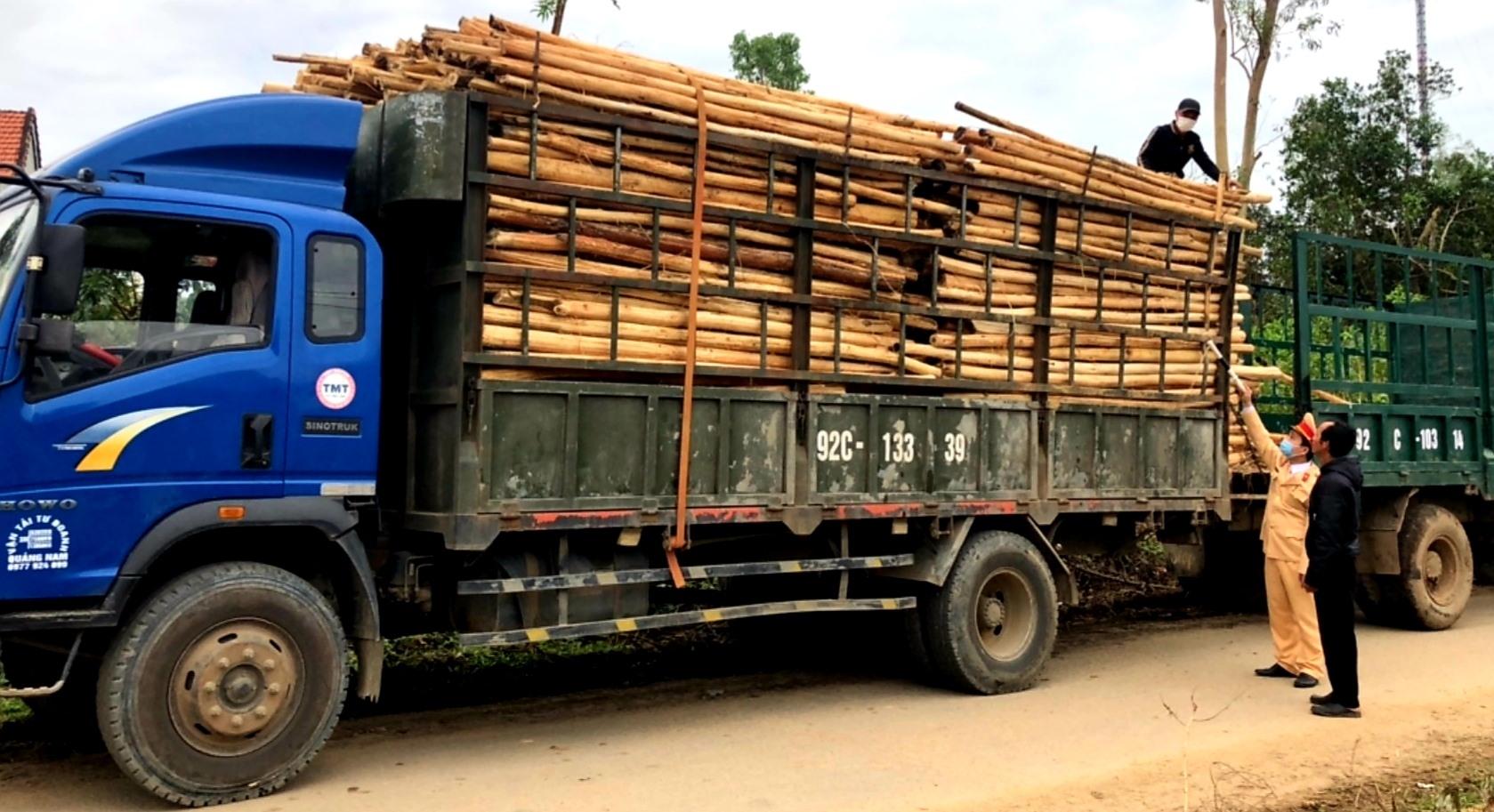 Lực lượng CSGT Công an huyện Quế Sơn buộc hạ tải trọng đối với xe chở quá tải. Ảnh: T.L