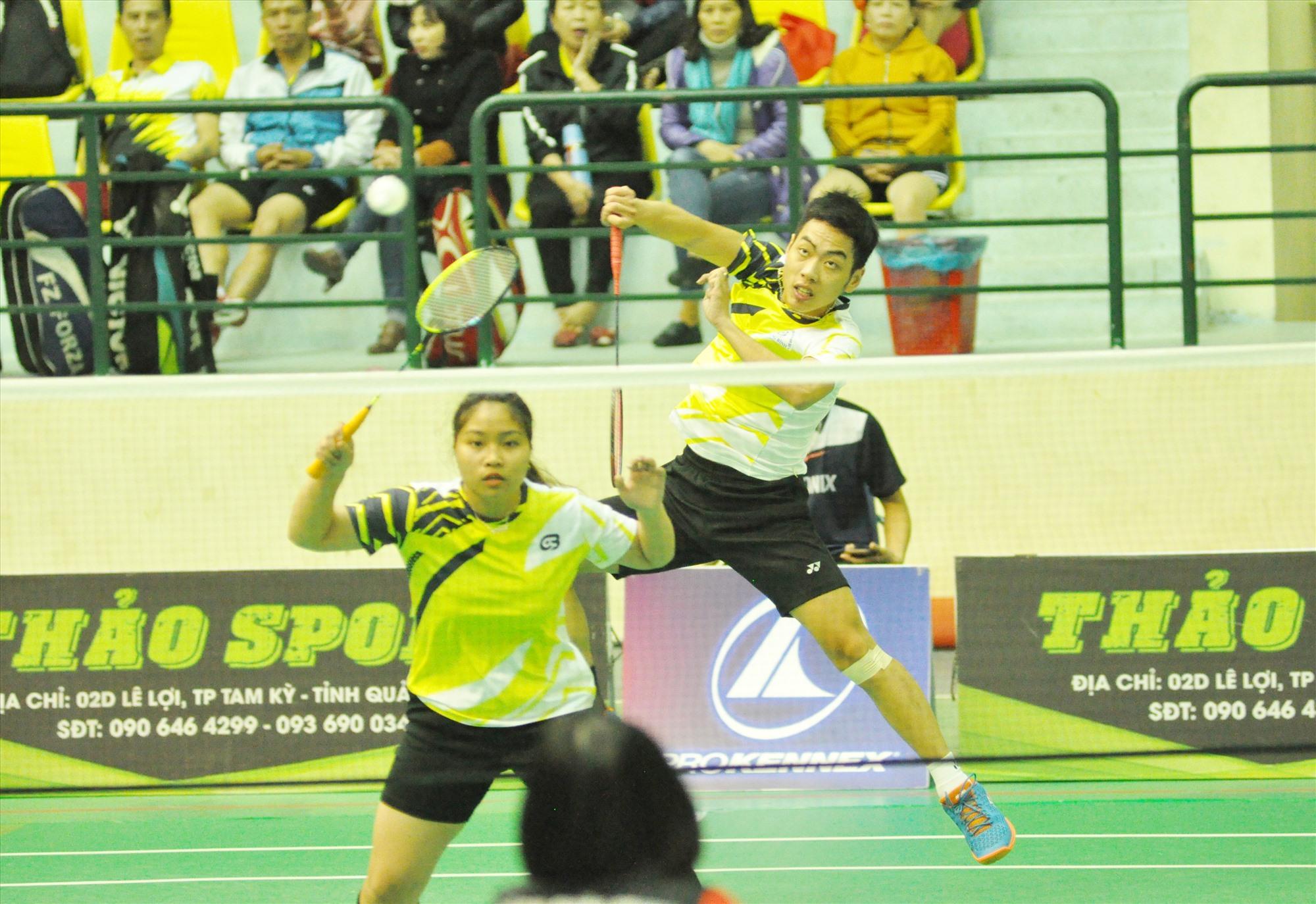 Giải cầu lông các câu lạc bộ tỉnh Quảng Nam luôn diễn ra hấp dẫn. !Ảnh: T.V