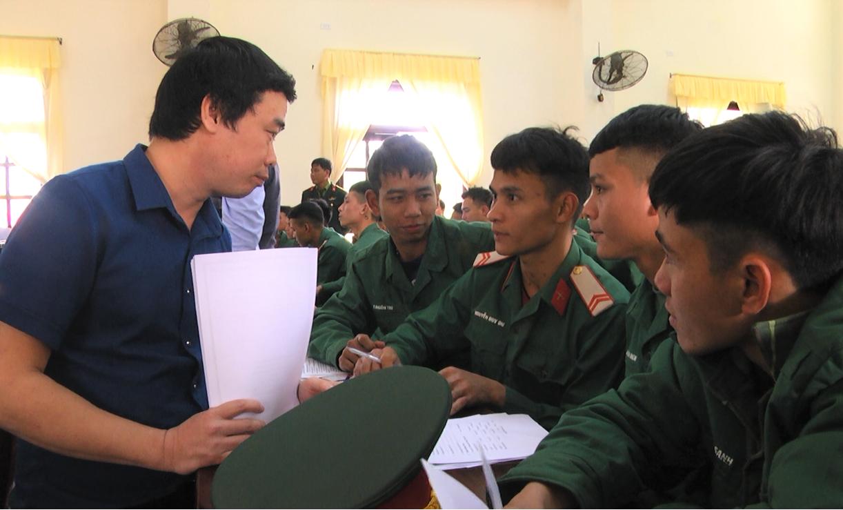 Cán bộ Trung tâm Dạy nghề thanh niên Quảng Nam tư vấn hướng nghiệp cho bộ đội sắp xuất ngũ. Ảnh: M.H
