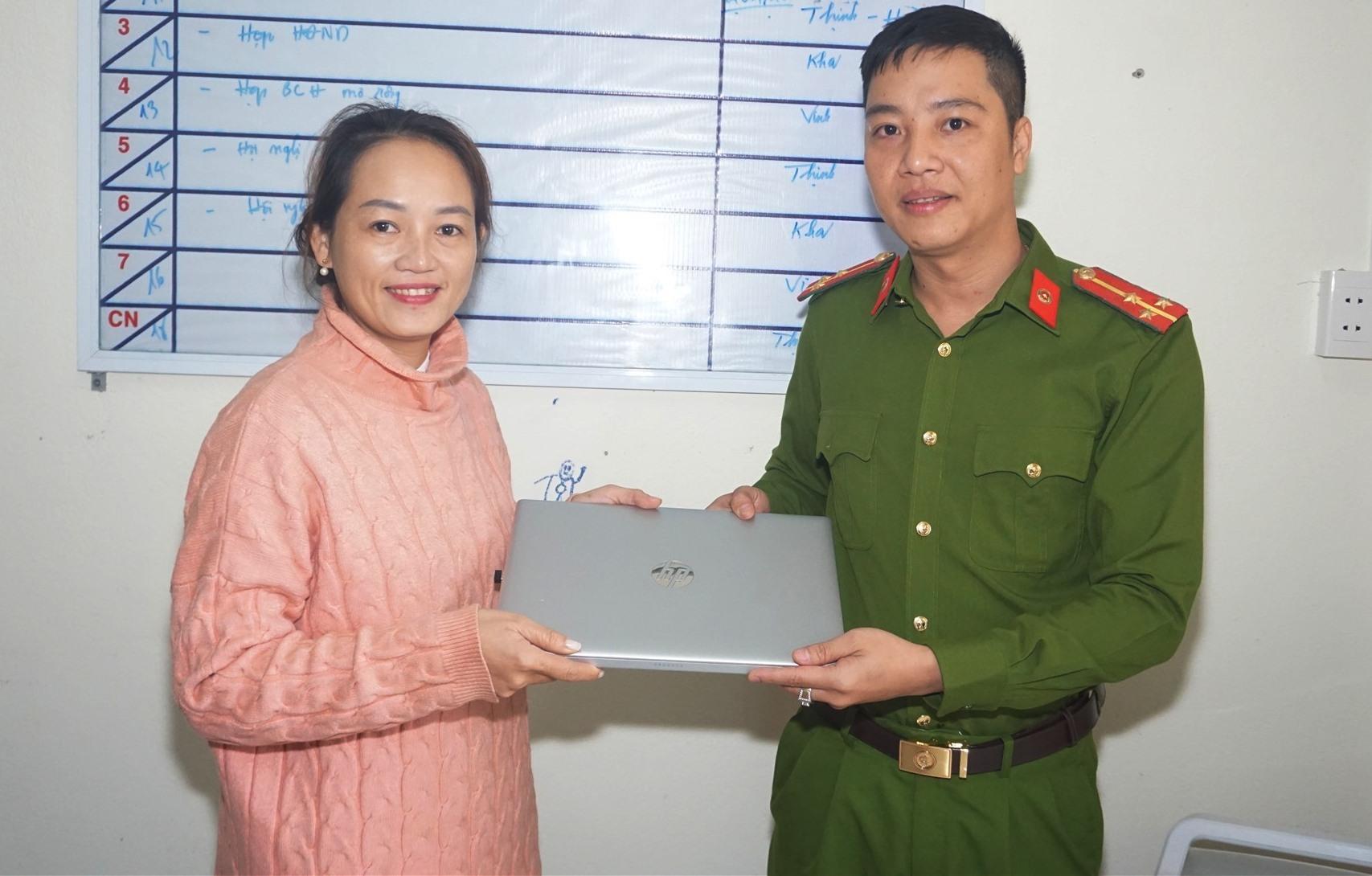 Thượng úy Lê Quốc Vinh, Công an viên xã Điện Thắng Trung trao trả tài sản cho chị Lê Thị Hoa.