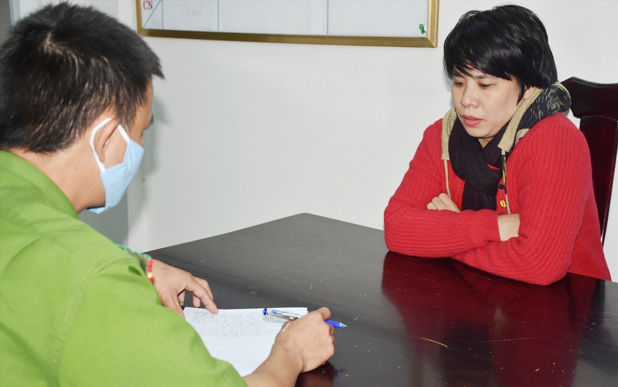 Công an làm việc với đối tượng Phạm Thị Hồng Hà. Ảnh: M.T