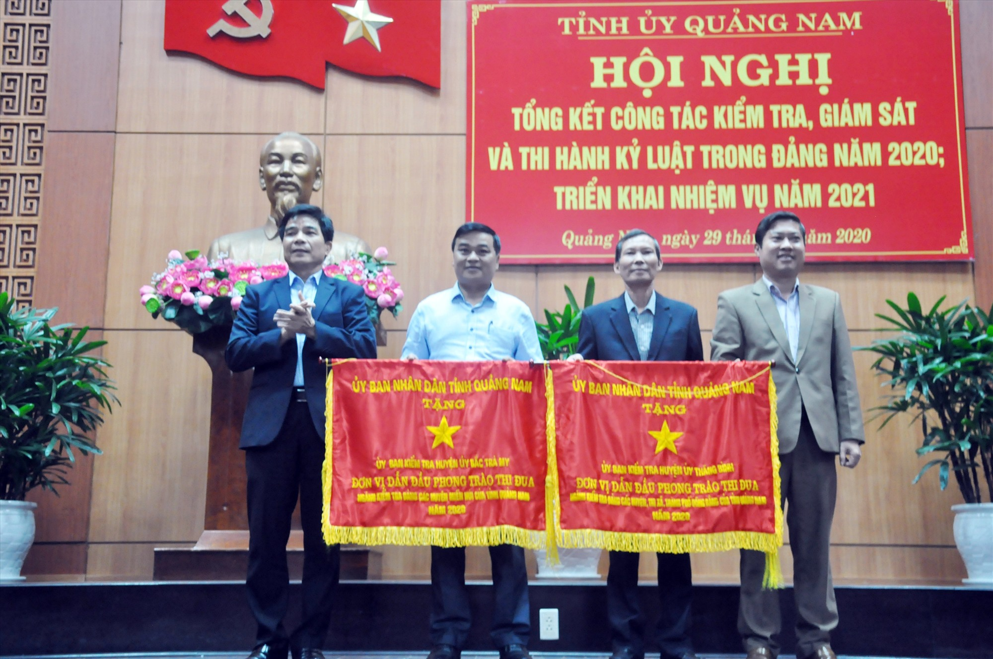 Lãnh đạo tỉnh trao tặng Cờ thi đua xuất sắc của UBND tỉnh năm 2020 cho UBKT Huyện ủy Thăng Bình và UBKT Huyện ủy Bắc Trà My. Ảnh: N.Đ