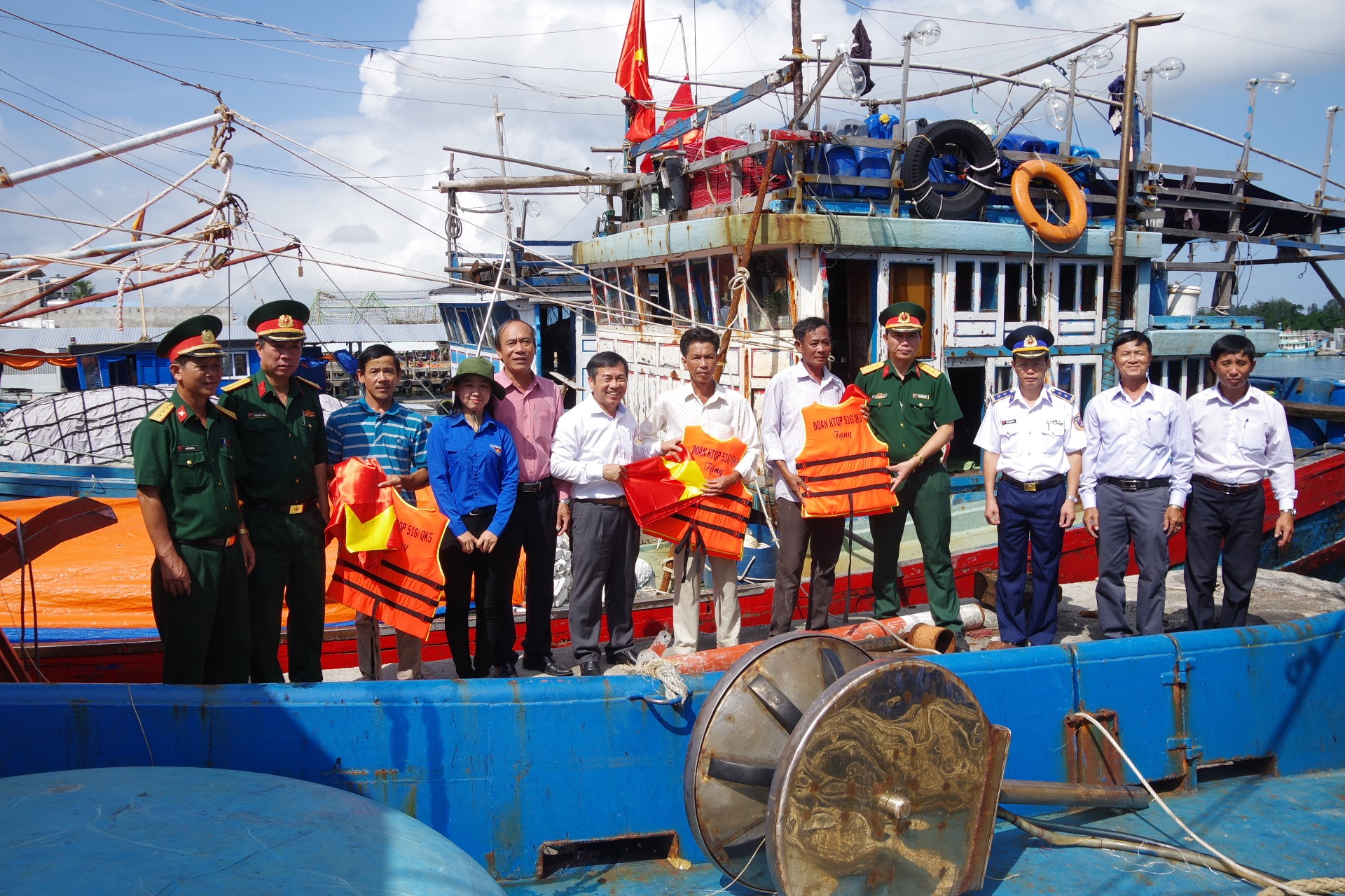 Đoàn 516 trao tặng cờ Tổ quốc, bình ắc quy cho ngư dân Núi Thành vươn khơi, bám biển.