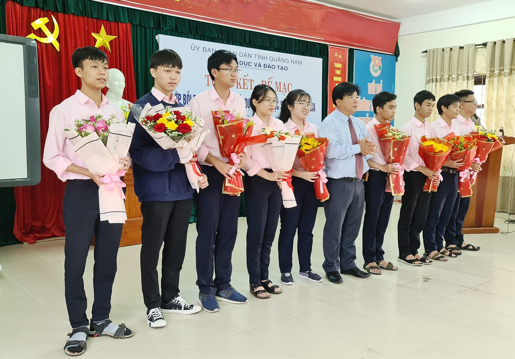 Giám đốc Sở GD-ĐT tặng hoa cho đại diện các đội tuyển. Ảnh: QUANG KHÔI