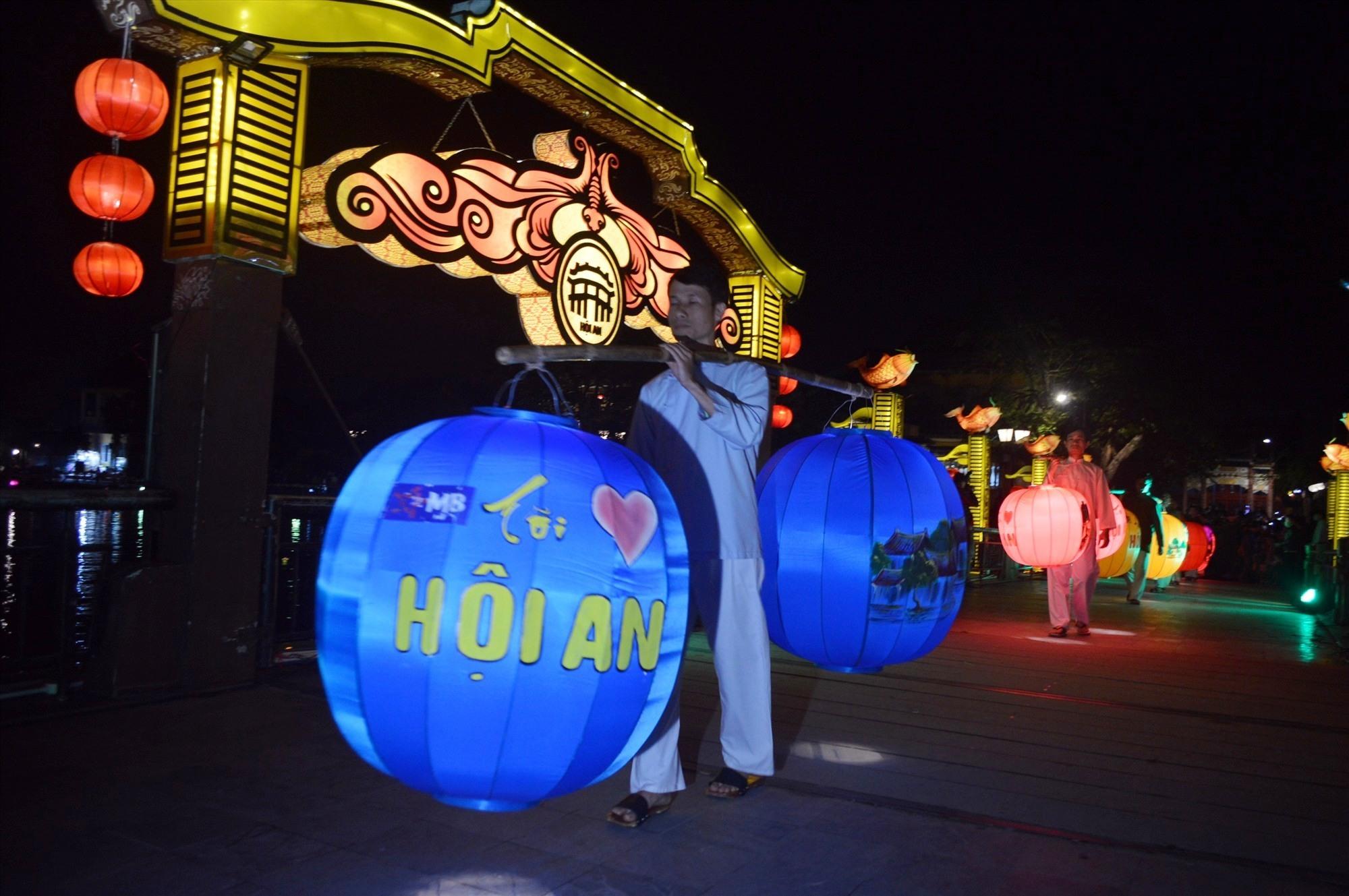 Những gánh đèn lồng đã góp phần tao nên sự lung linh lãng mạn cho đêm trình diễn