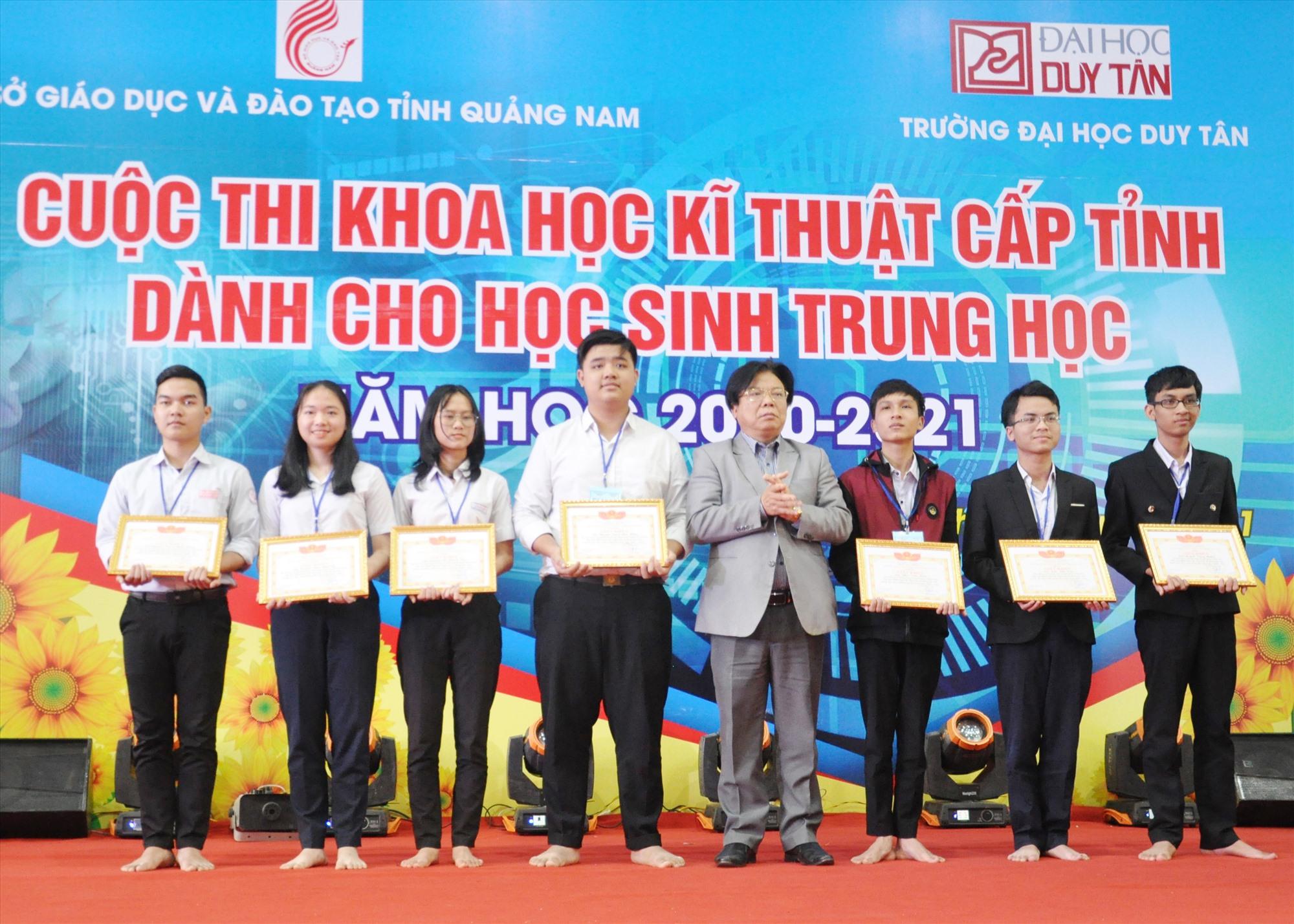Khen thưởng 7 học sinh xuất sắc giành giải nhất cuộc thi. Ảnh: X.P