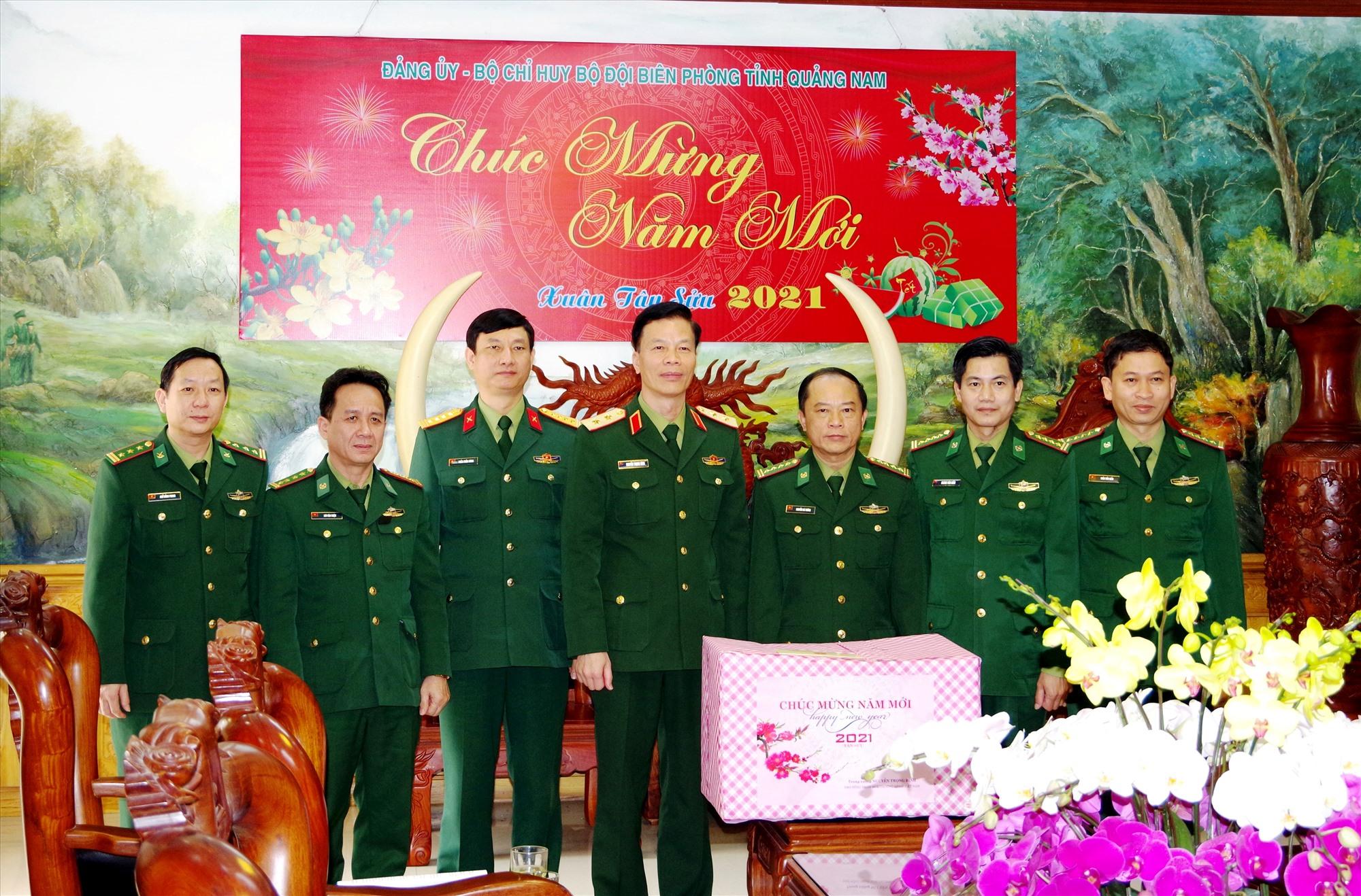 Trung tướng Nguyễn Trọng Bình – Phó Tổng Tham mưu trưởng QĐND Việt Nam Tặng quà chúc Tết tại Bộ Chỉ huy Bộ đội Biên phòng Quảng Nam.