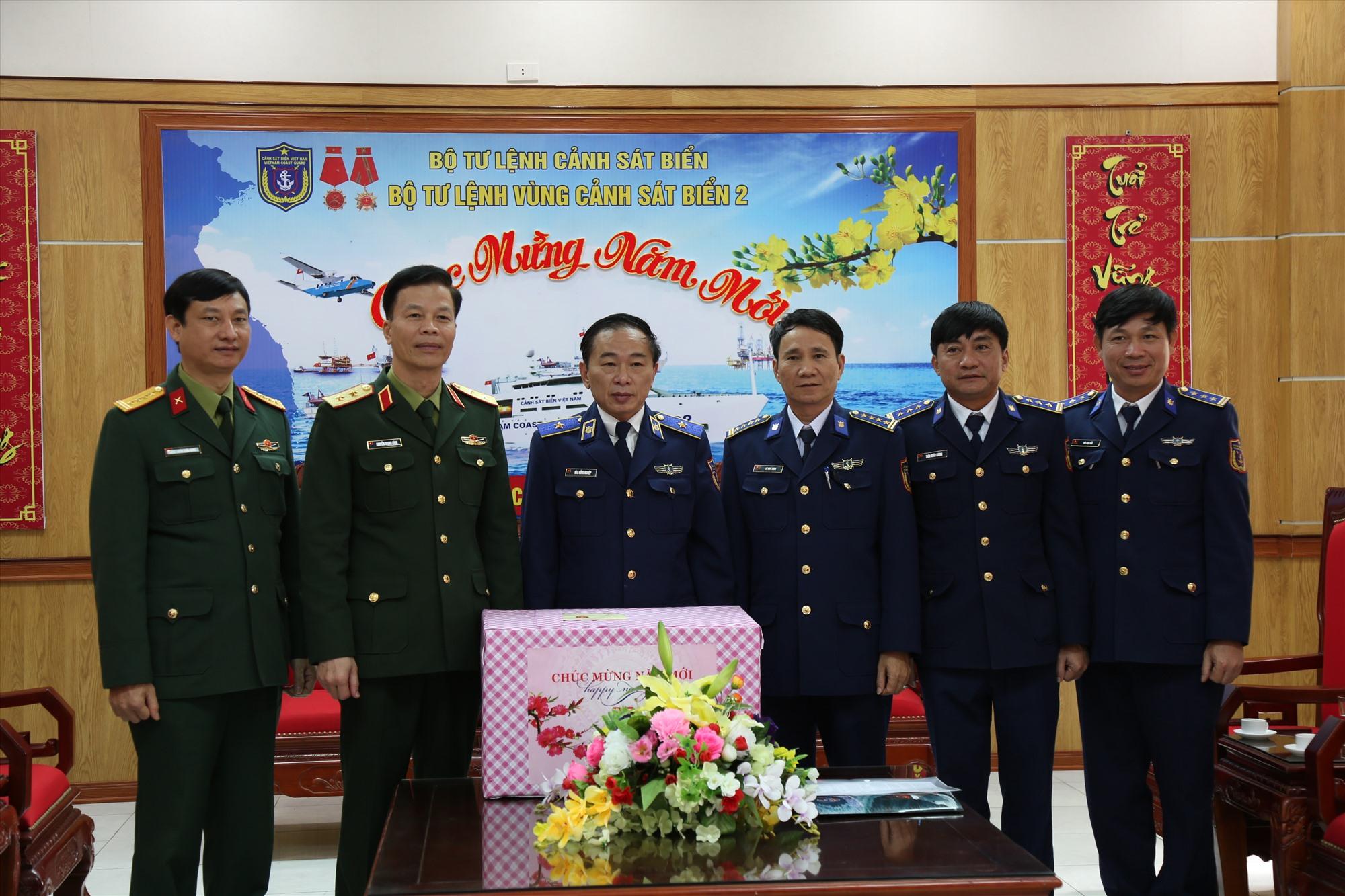 Trung tướng Nguyễn Trọng Bình tặng quà cho Bộ tư lệnh Vùng Cảnh sát biển 2 nhân chuyến thăm. Ảnh: N.T