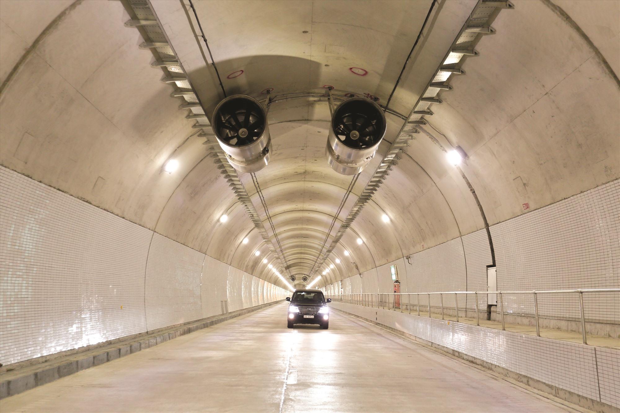 Hầm Hải Vân 2 rất hiện đại với đèn điện sáng, hai bên thành hầm ốp gạch men, hệ thống thông gió.