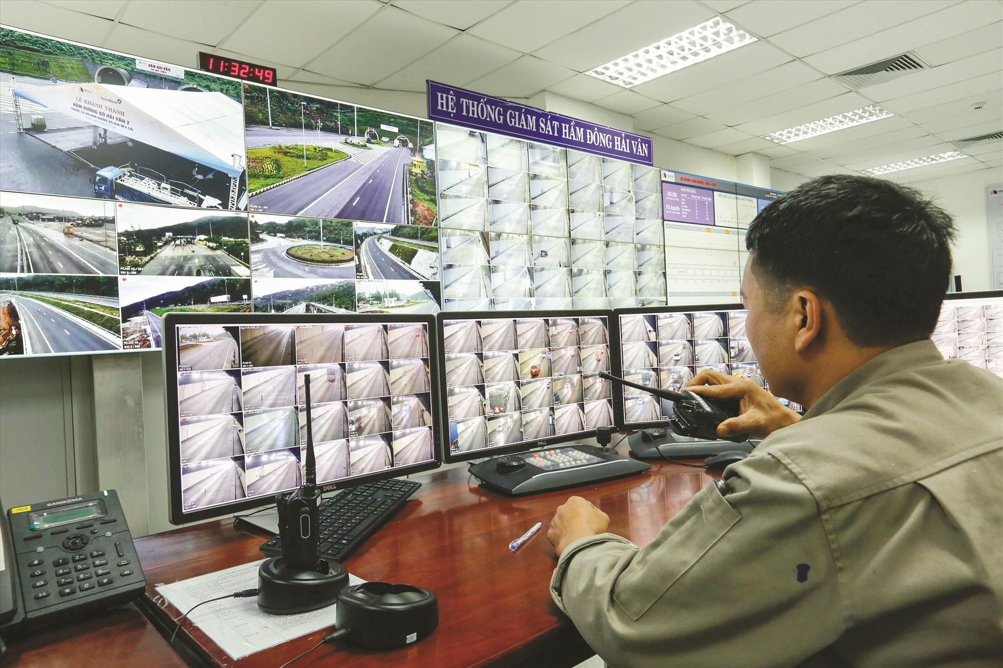 Tất cả góc trong hầm Hải Vân 2 đều được gắn camera, truyền hình ảnh trực tiếp về nhà điều hành để xử lý các tình huống.