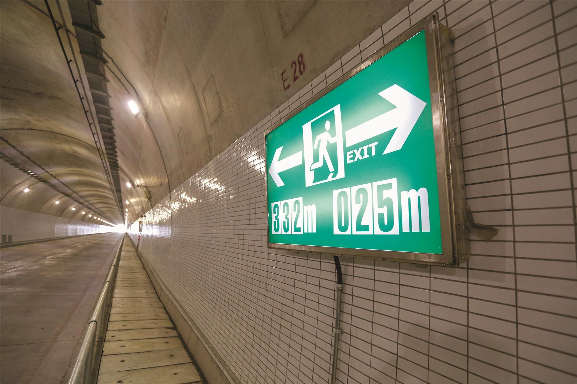 Các hệ thống kỹ thuật, bảng chỉ dẫn gọi điện khẩn cấp, lối thoát hiểm phía trong hầm Hải Vân 2.