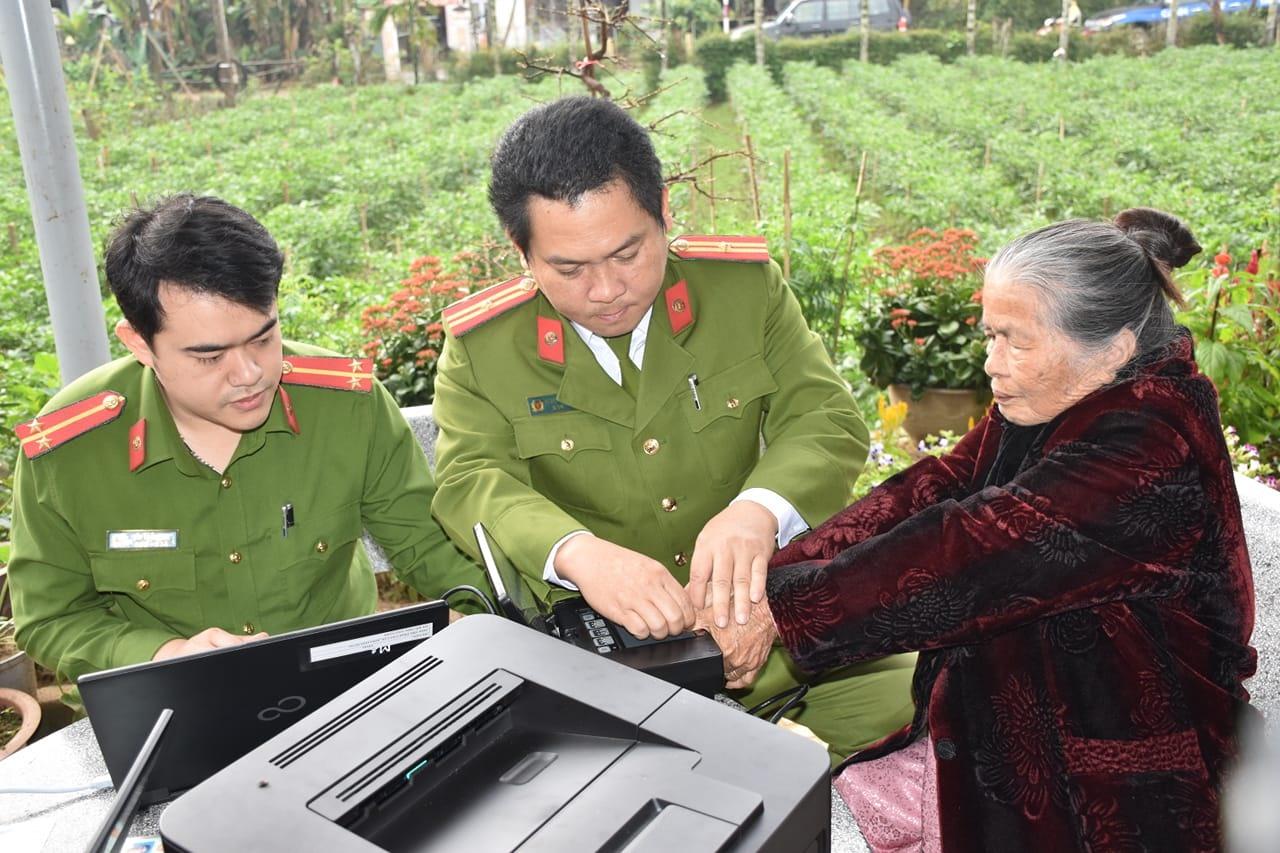 Cán bộ Phòng Cảnh sát QLHC về TTXH cấp căn cước công dân cho Mẹ VNAH Hứa Thị Ban. Ảnh: M.T