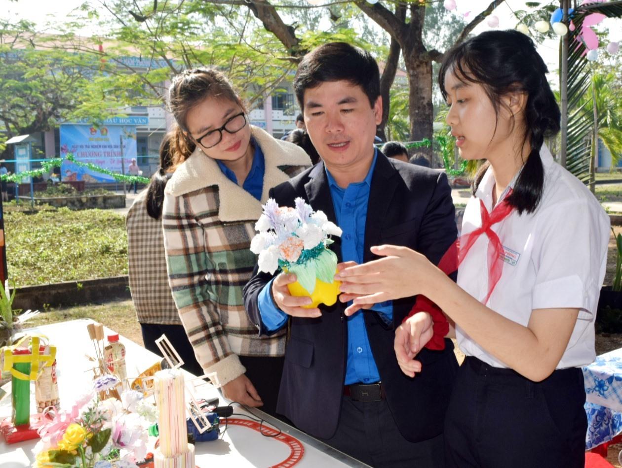 """Học sinh giới thiệu sản phẩm tự thiết kế tại chương trình """"Khăn hồng tình nguyện – Tết yêu thương"""". Ảnh: THÁI CƯỜNG"""