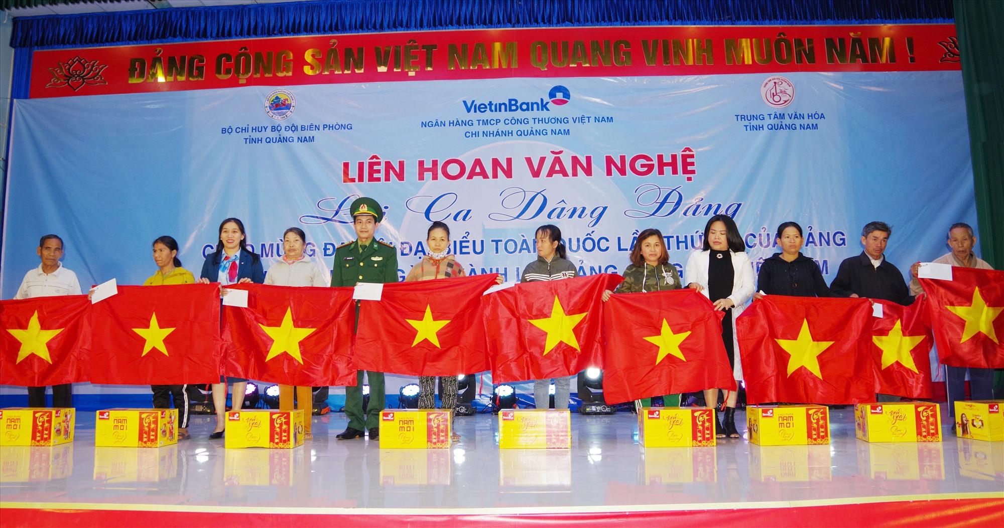 Tặng cờ tổ quốc, quà tết cho nhân dân xã Bình Minh. Ảnh: HỒNG ANH