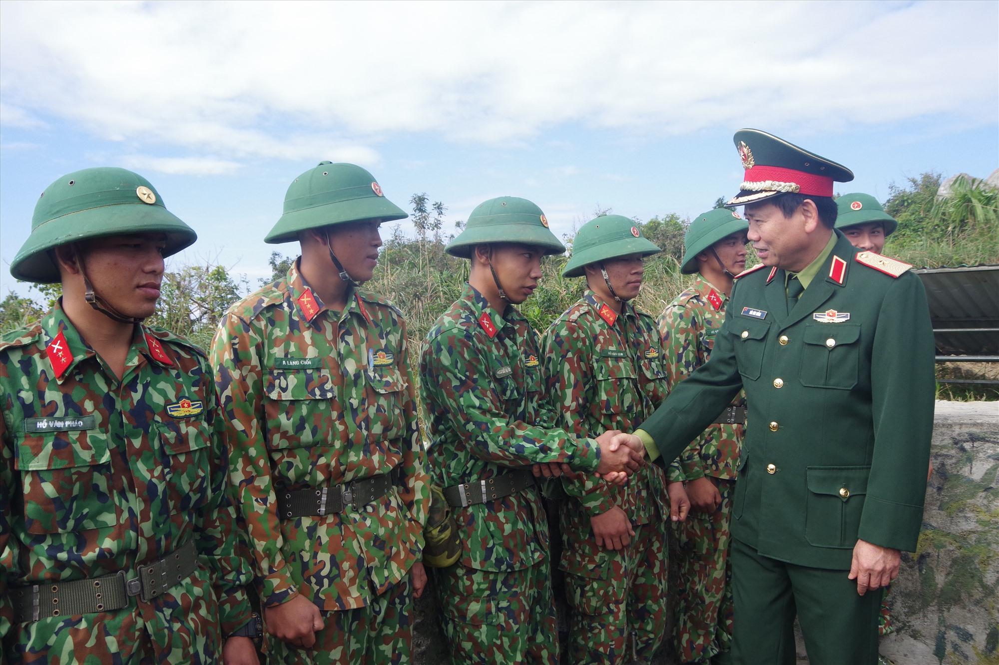 Thiếu tướng Hứa Văn Tưởng kiểm tra trận địa pháo phòng không 37mm tại Tiểu đoàn 70.