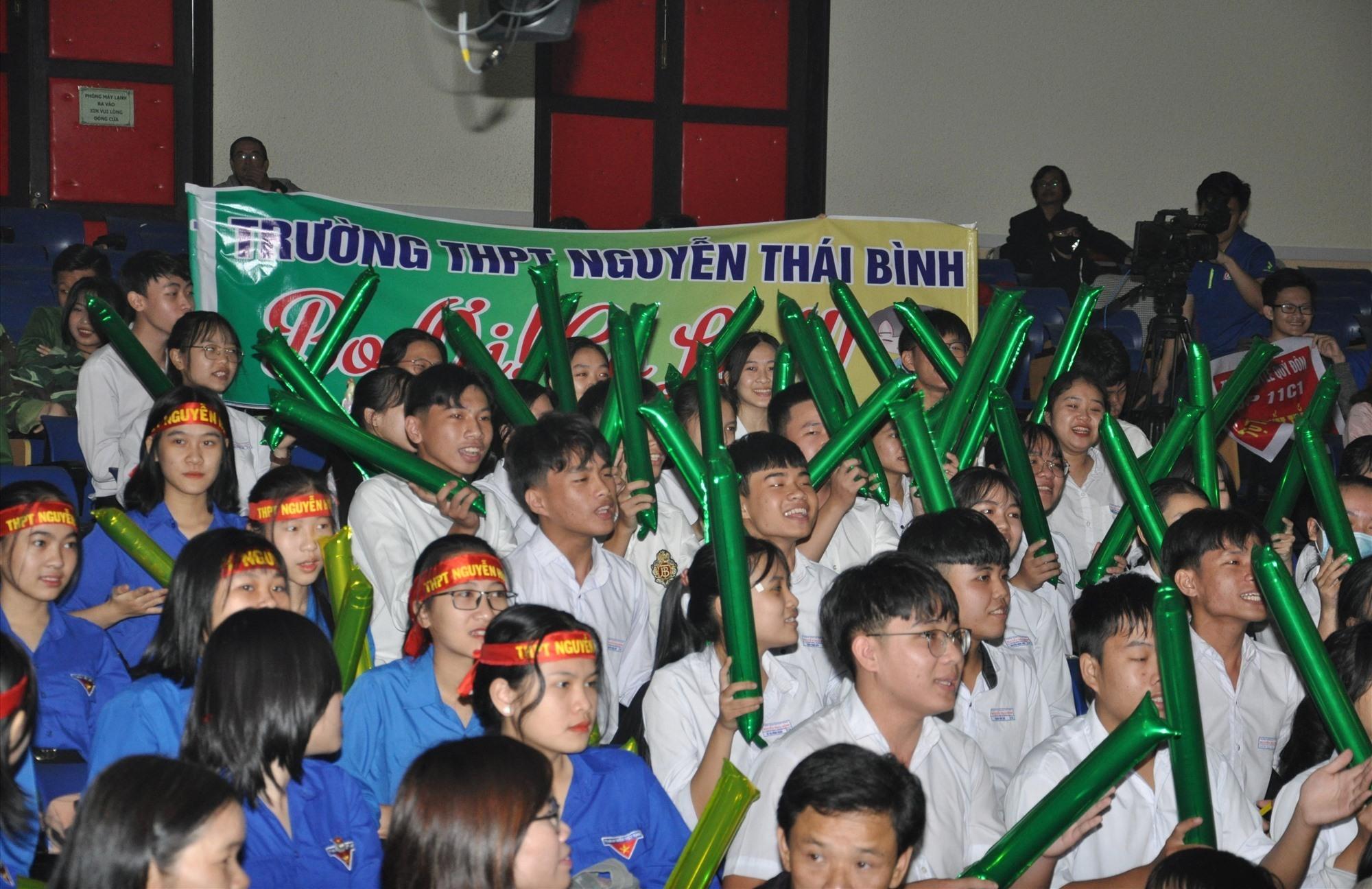 """Cổ động viên Trường THPT Nguyễn Thái Bình đi theo và cổ vũ đã được đền đáp xứng đáng bằng chiến thắng của chàng """"Bo"""" Hoàng Đỗ Thanh Thuận. Ảnh: X.P"""