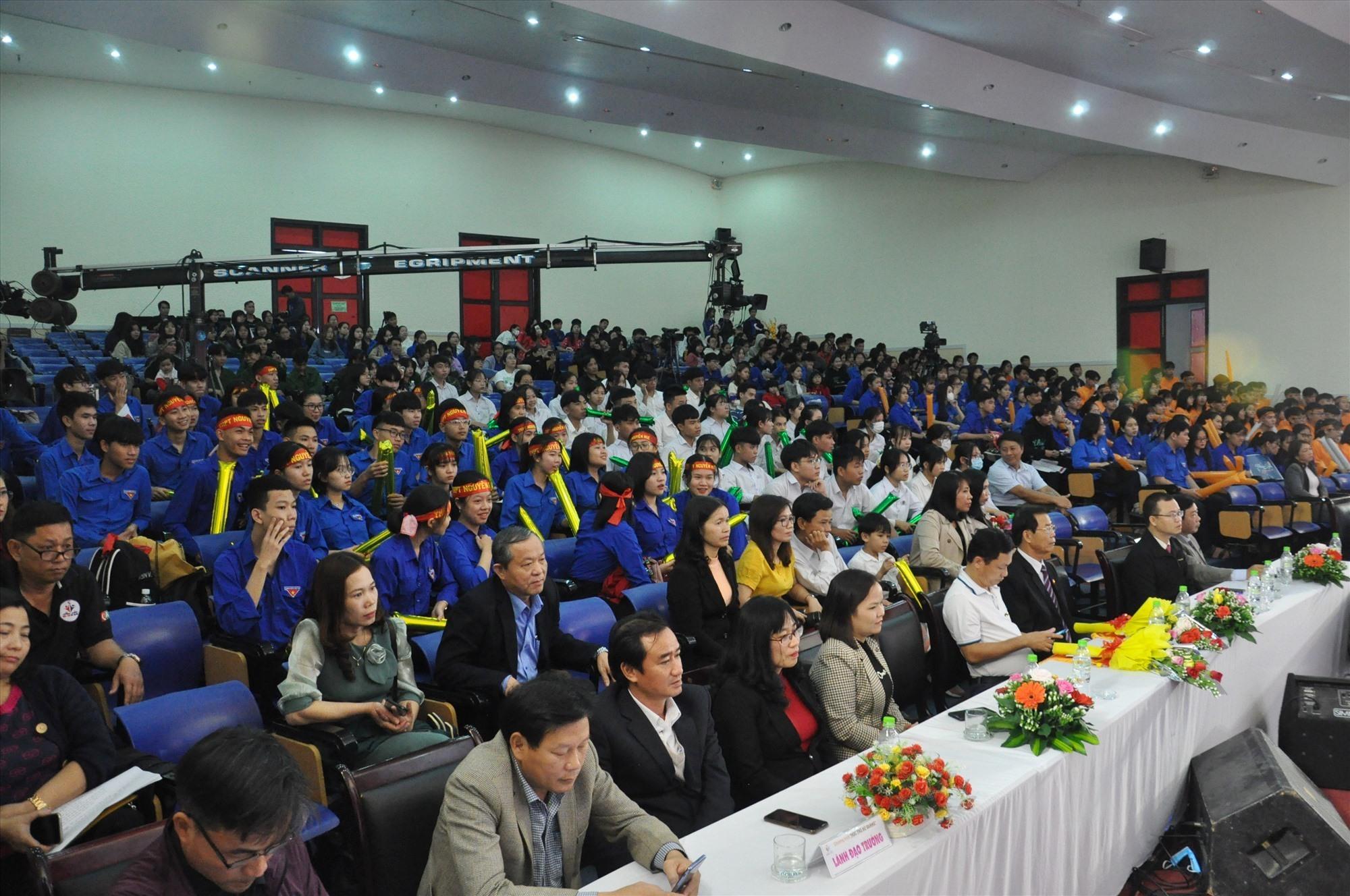 Khán giả ngồi chật kín hội trường Trường THPT chuyên Nguyễn Bỉnh Khiêm để theo dõi cuộc thi. Ảnh: X.P