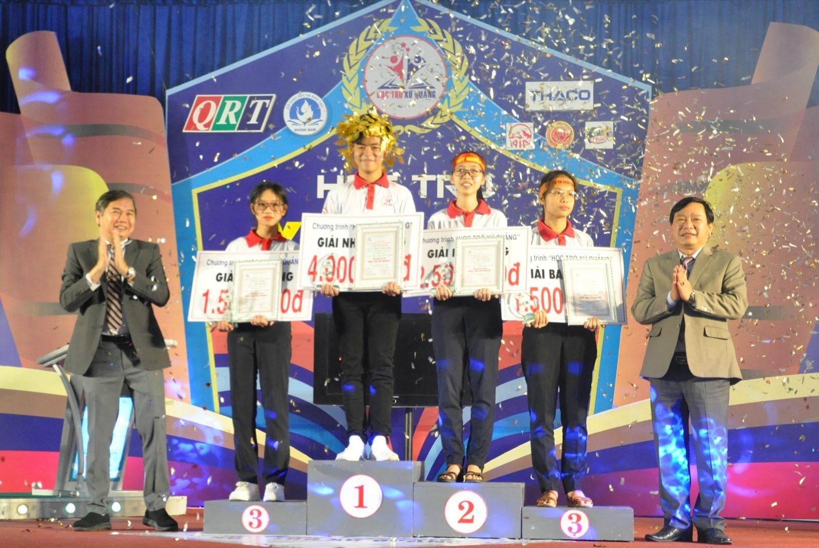 Ban tổ chức tặng thưởng cho các thí sinh sau khi kết thúc cuộc thi tháng đầu tiên. Ảnh: X.P