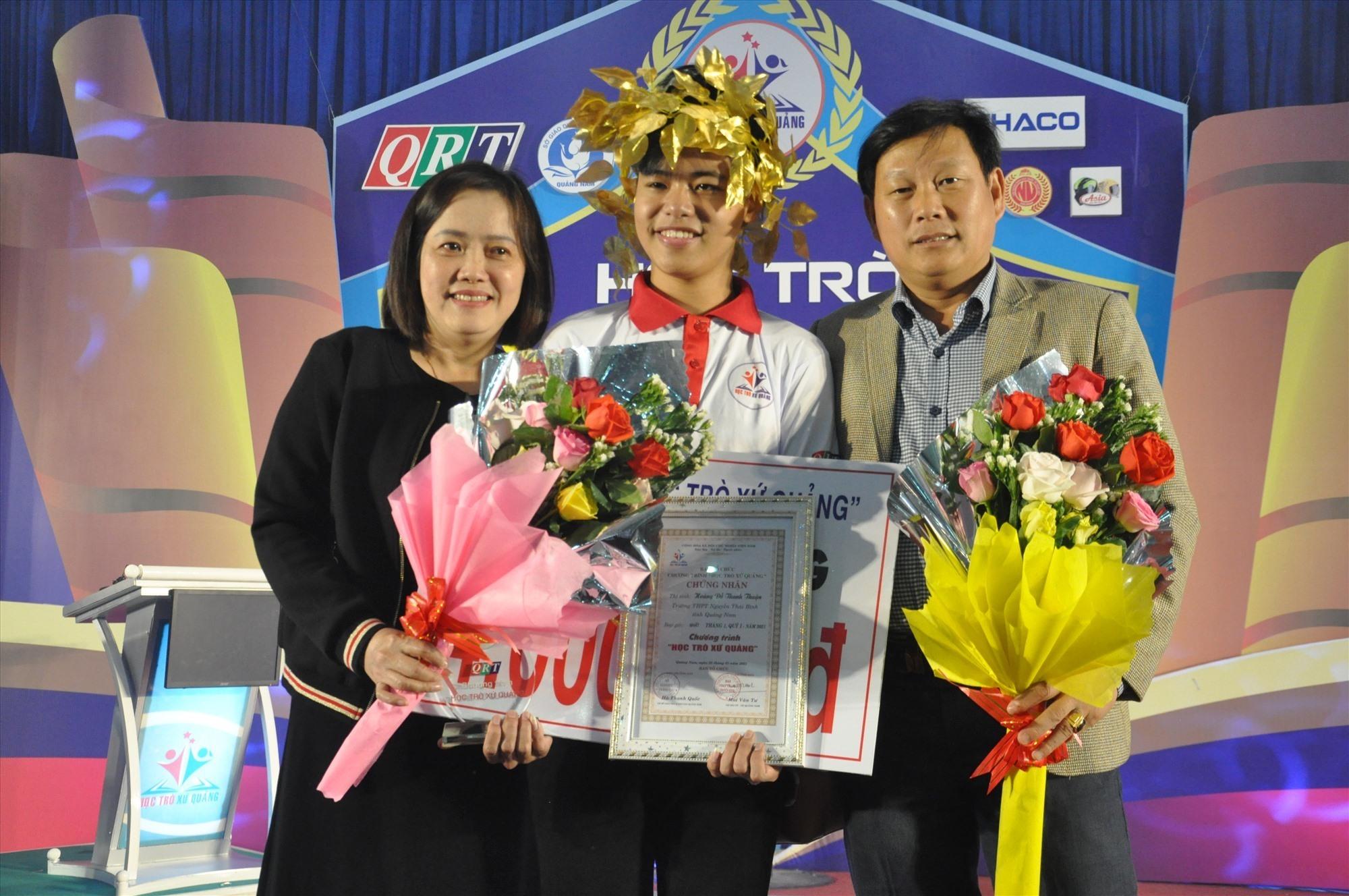 Nhà vô địch tháng 1 Hoàng Đỗ Thanh Thuận được mẹ và thầy giáo chúc mừng. Ảnh: X.P