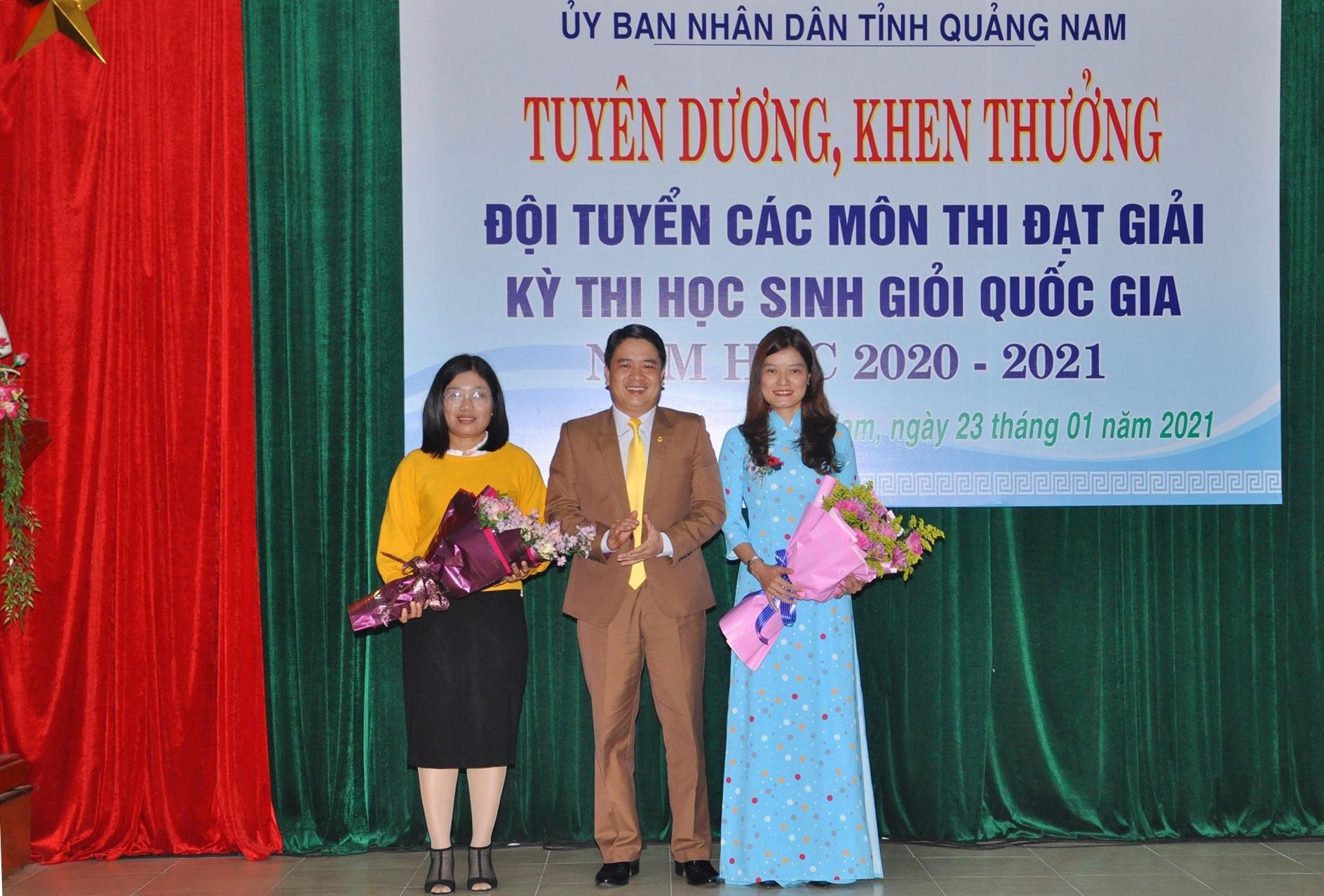 Ghi nhận công lao của các thầy cô giáo đóng góp vào thành tích của học trò, lãnh đạo tinh tặng hoa chúc mừng. Ảnh: X.P