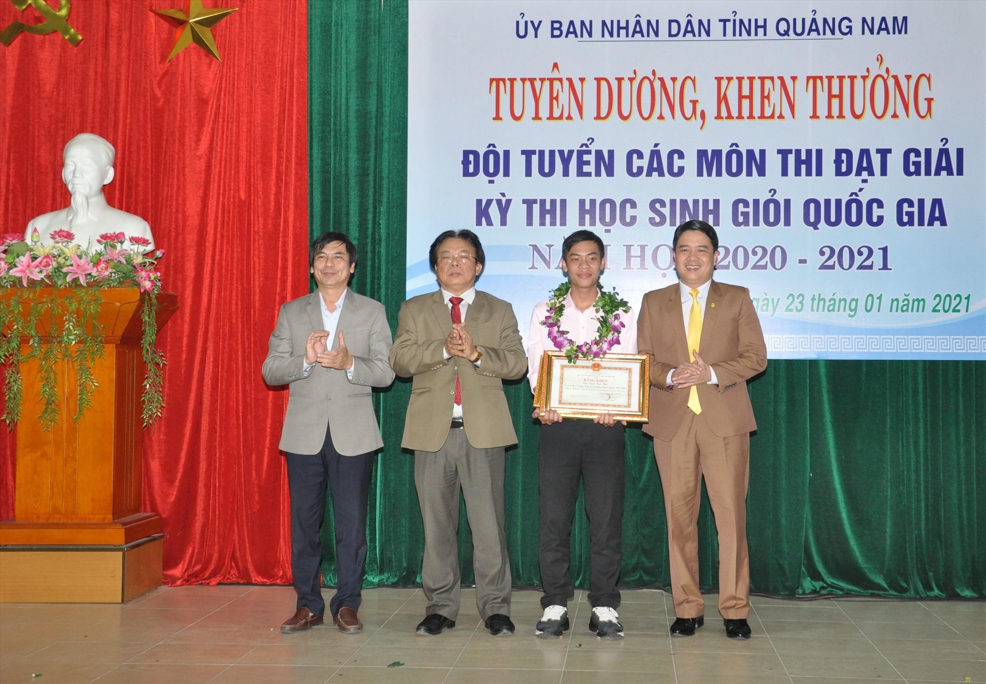 Phó Chủ tịch UBND tỉnh Trần Văn Tân và lãnh đạo Sở GD-ĐT chúc mừng thành tích giải nhất môn Lý của Ninh Quốc Bảo. Ảnh: X.P